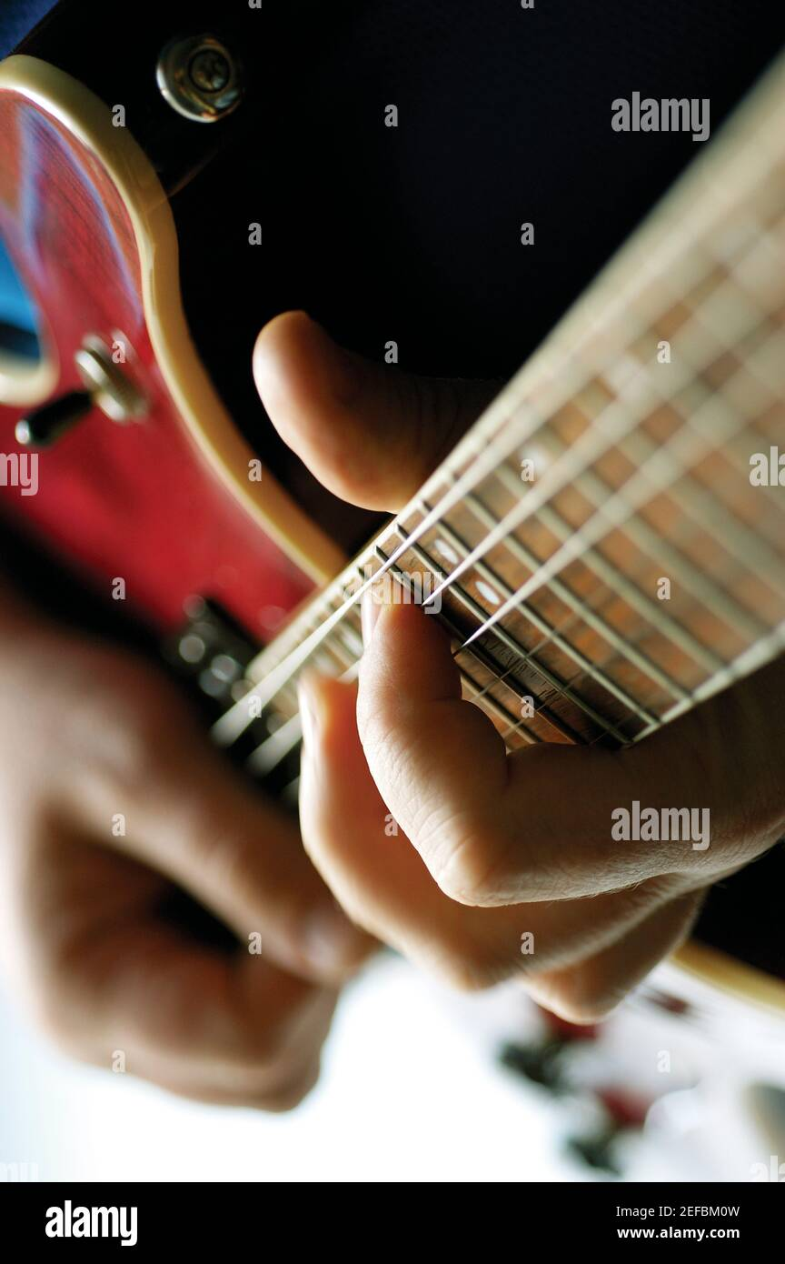 Close-up of man playing electric guitar Banque D'Images