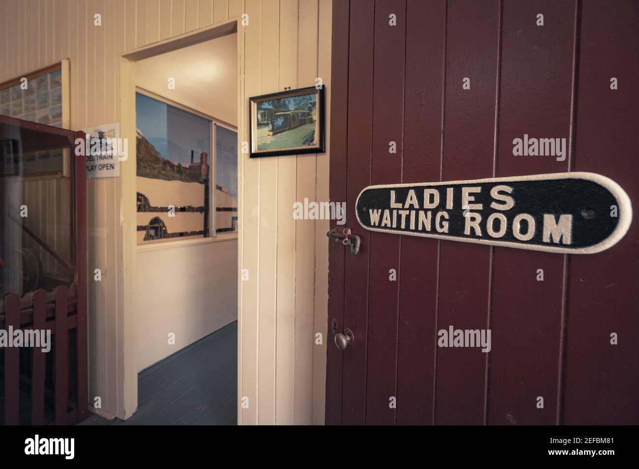 Panneau de la salle d'attente des femmes à l'ancienne à une gare Banque D'Images
