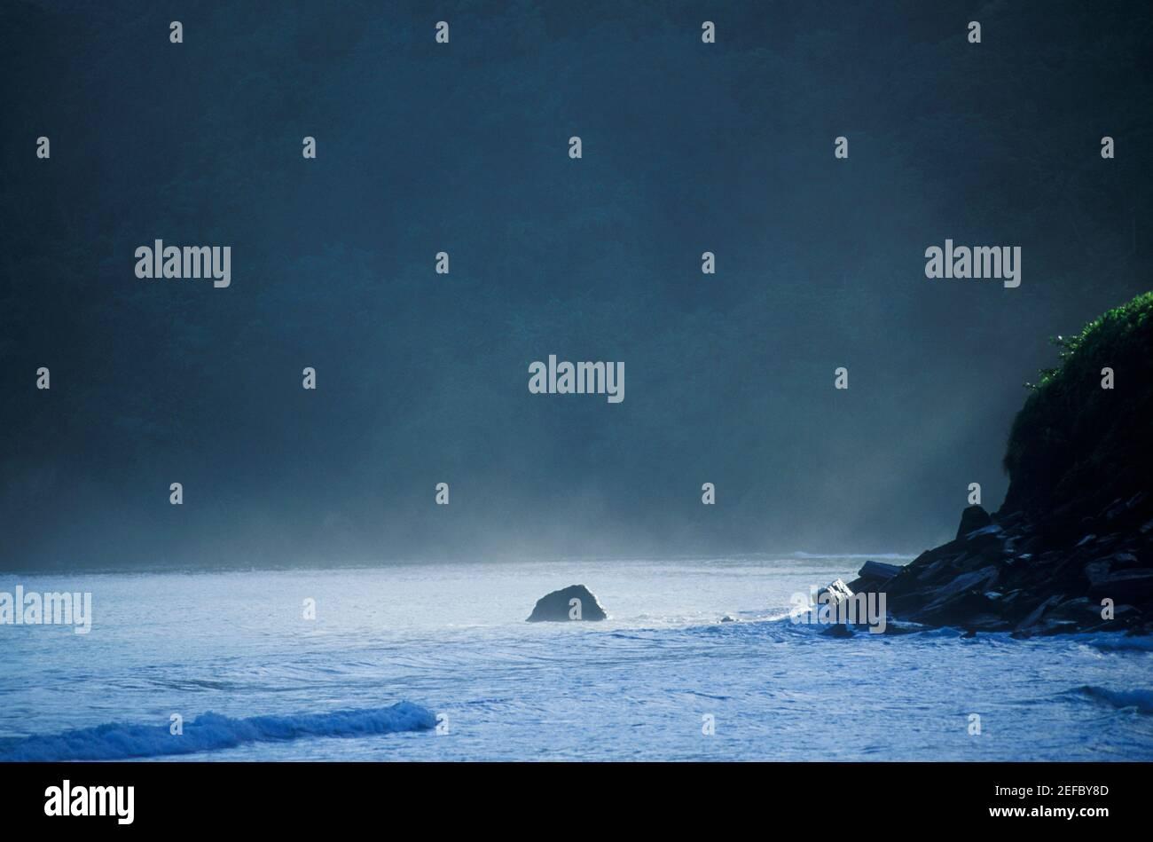 Rochers dans la mer, Caraïbes Banque D'Images