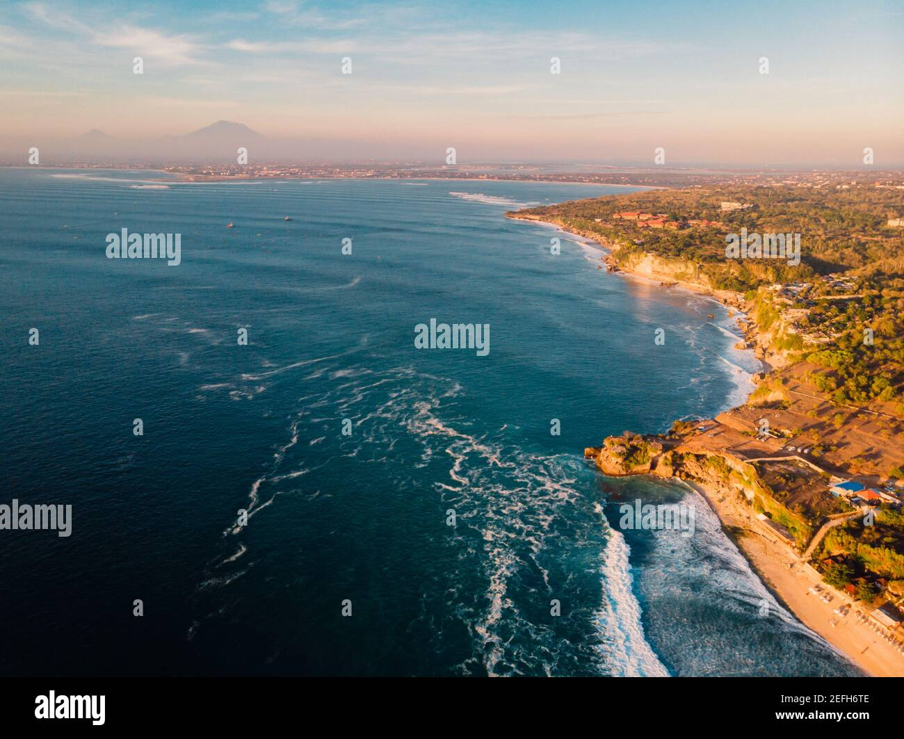 Vue aérienne de la côte rocheuse avec les plages et l'océan à Bali, Indonésie. Banque D'Images