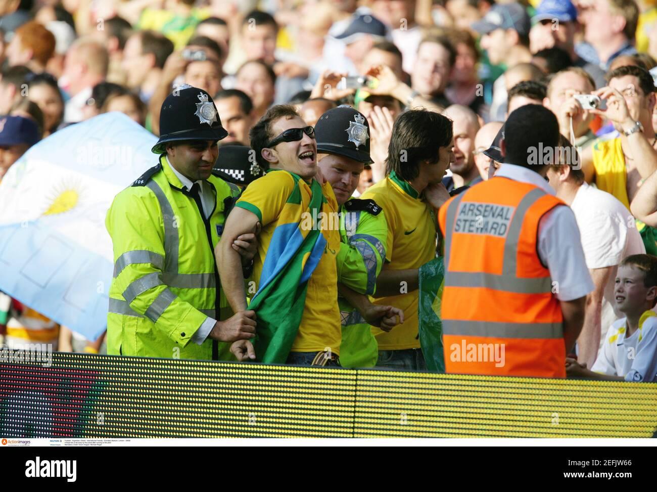 Football - Argentine / Brésil - International friendly - Emirates Stadium, Londres - 3/9/06 UN fan du Brésil est conduit par la police après avoir courir sur le terrain crédit obligatoire: Action Images / Michael Regan Banque D'Images