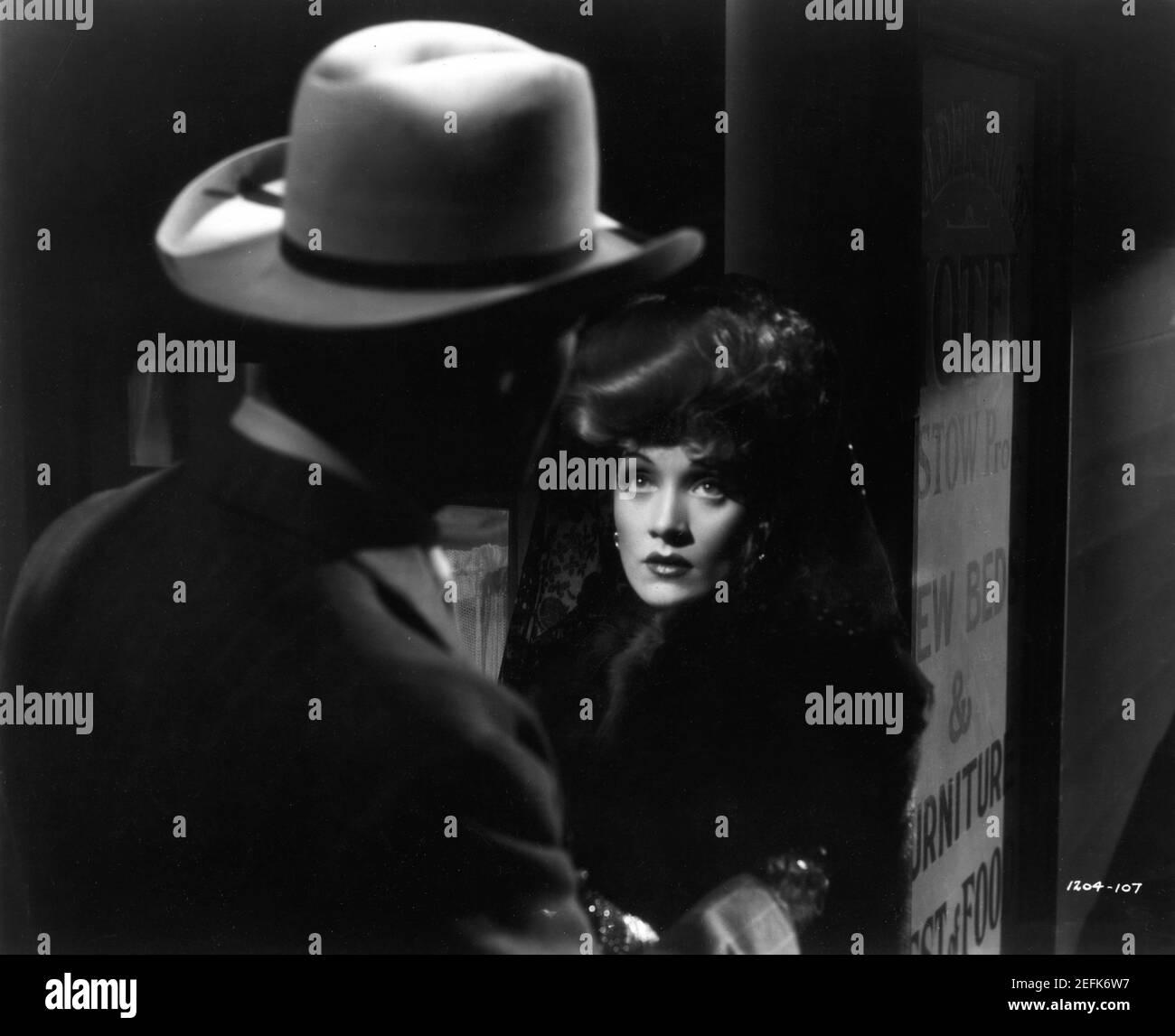 JOHN WAYNE et MARLENE DIETRICH dans LES SABOTEURS 1942 réalisateur RAY ENRIGHT roman Rex Beach robes Vera West Frank Lloyd Productions / Charles K. Feldman Group for Universal Pictures Banque D'Images