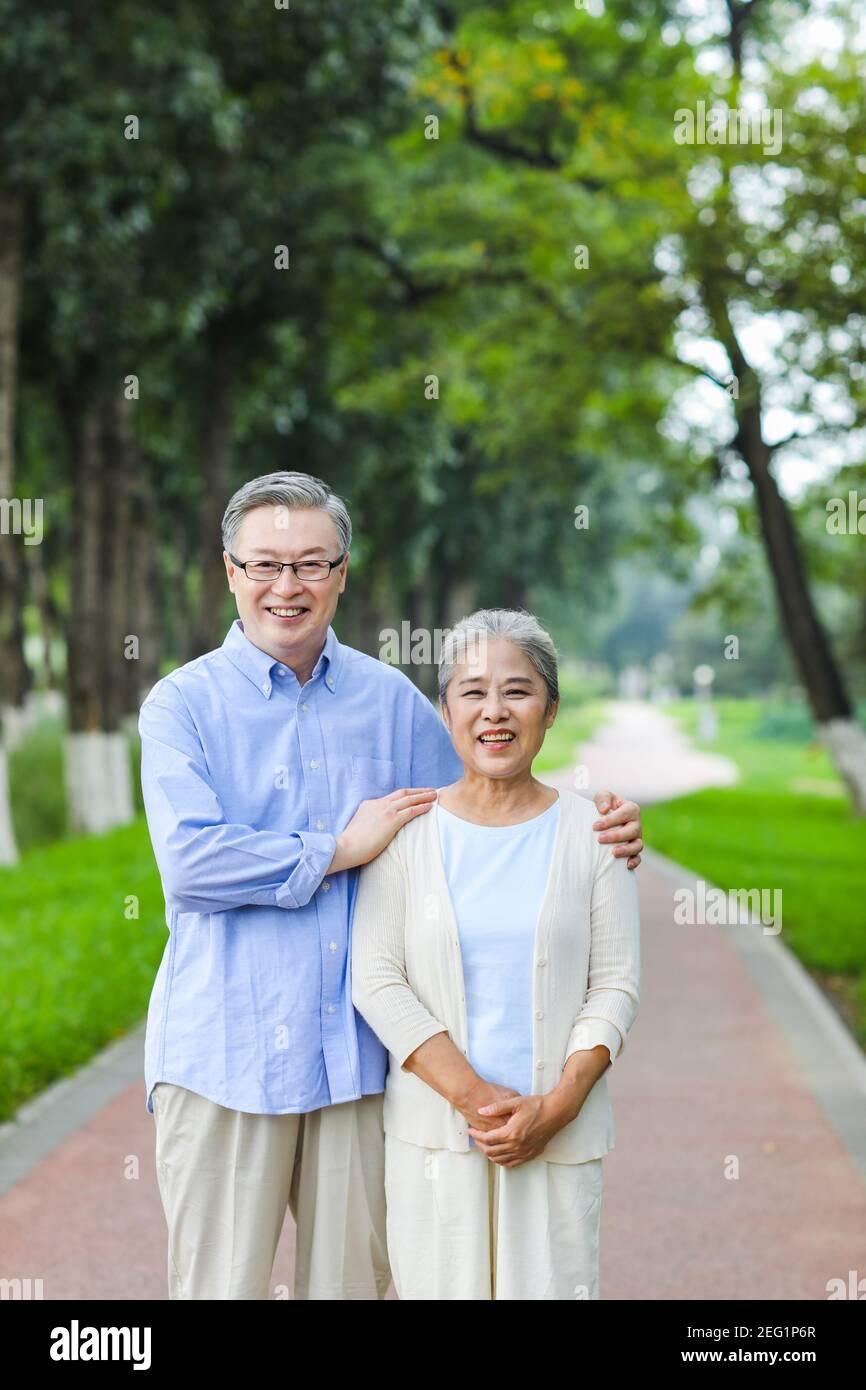 Portrait d'un vieux couple heureux bras autour des épaules Banque D'Images