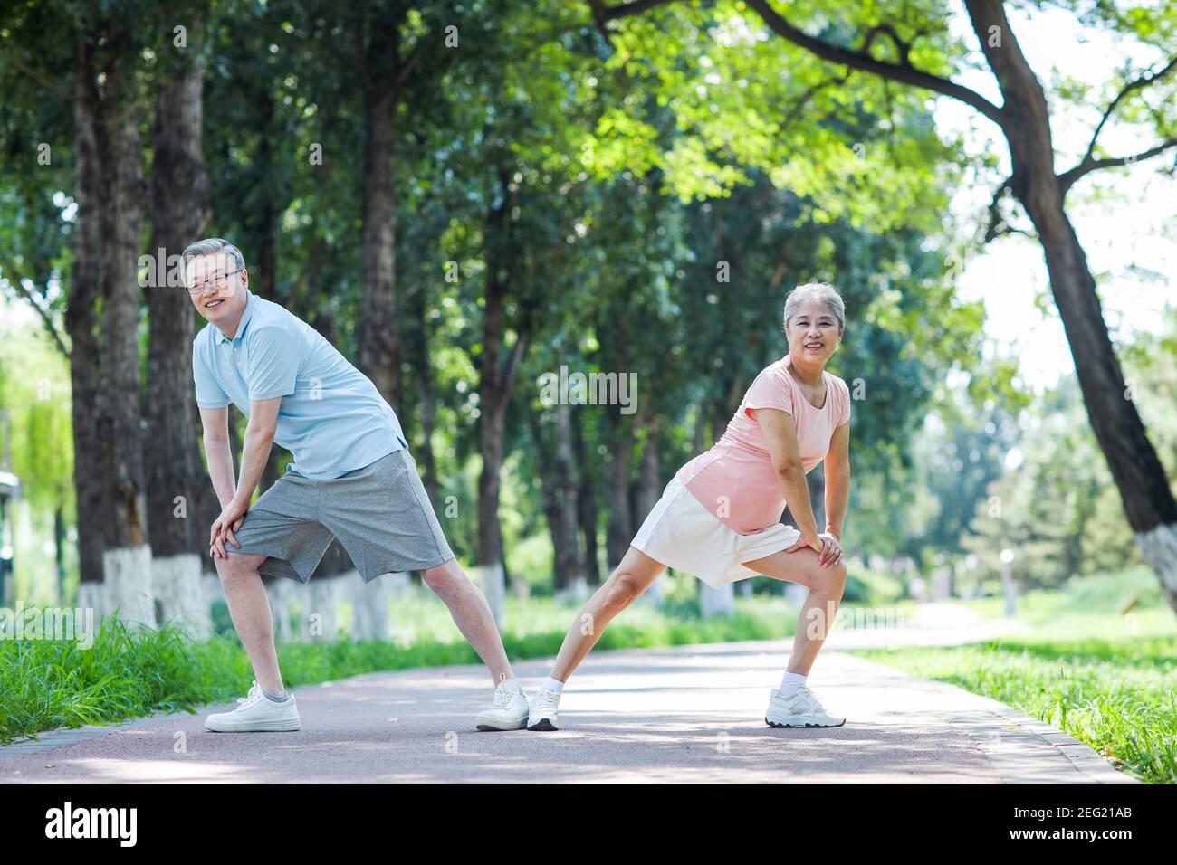 Un vieux couple s'est fait de l'activité dans le parc Banque D'Images