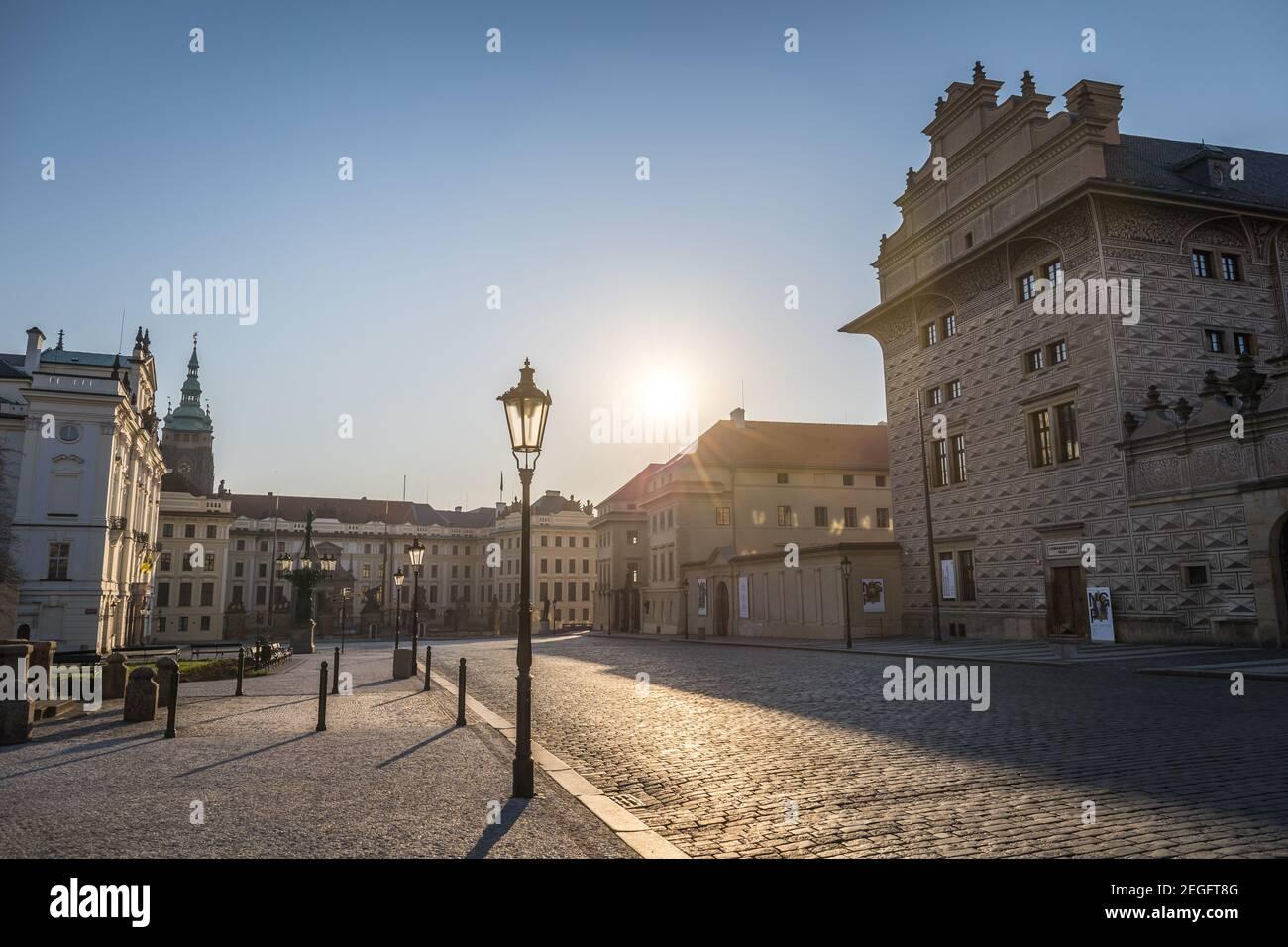 PRAGUE, RÉPUBLIQUE TCHÈQUE - AVRIL 2020 : place Hradcanske, Palais de l'Archevêque et Château de Prague. Pas de plaide, personne Banque D'Images