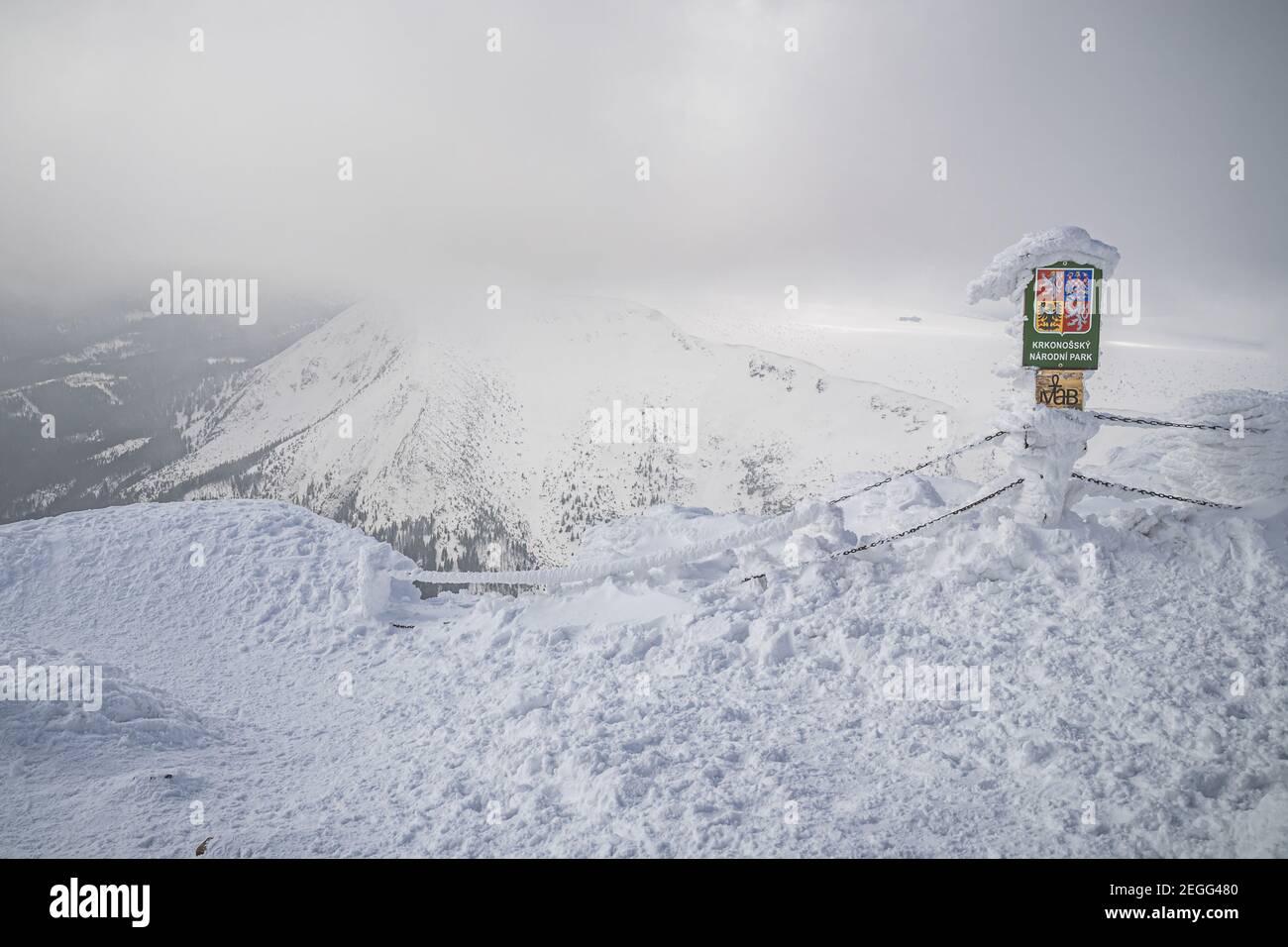 KRKONOSE, RÉPUBLIQUE TCHÈQUE - Mars 2020 - signe du parc de Narodni Krkonossky dans la neige en tchèque - Parc national de Krkonose KRNAP - au sommet de la montagne Snezka Banque D'Images