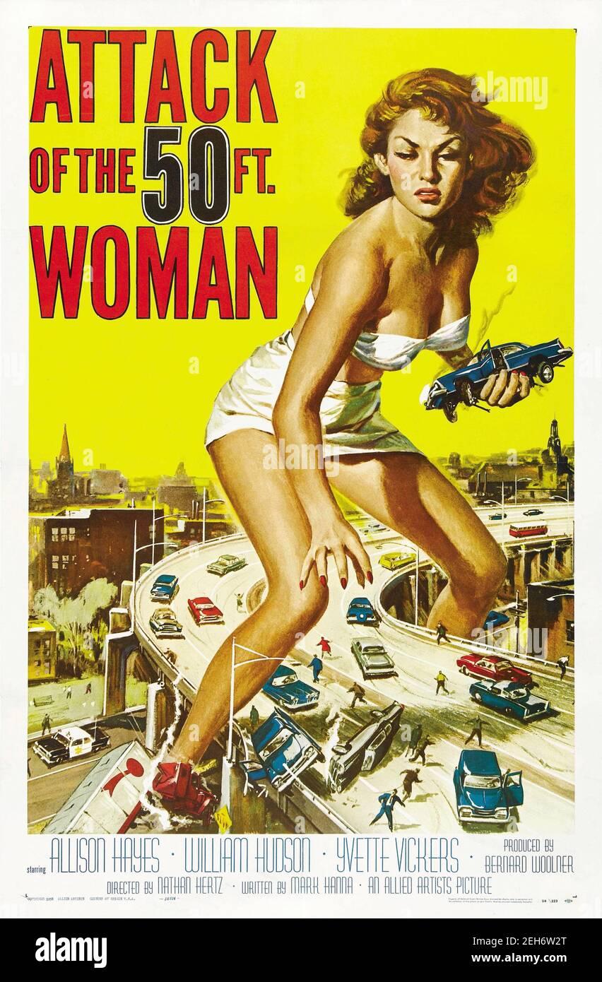 Affiche de film annonçant l'attaque de la femme de 50 pieds un long film de science-fiction américain de 1958 avec Allison Hayes. Banque D'Images