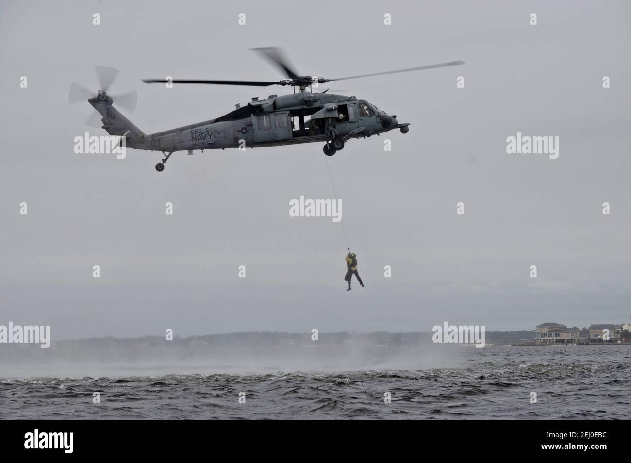 Les équipes de tactiques spéciales de la US Air Force affectées à la 24e Escadre des opérations spéciales effectuent des opérations de levage avec un hélicoptère Seahawk MH-60 de la Marine pendant le Emerald Warrior à Hurlburt Field le 18 février 2021 à Mary Esther, en Floride. Banque D'Images