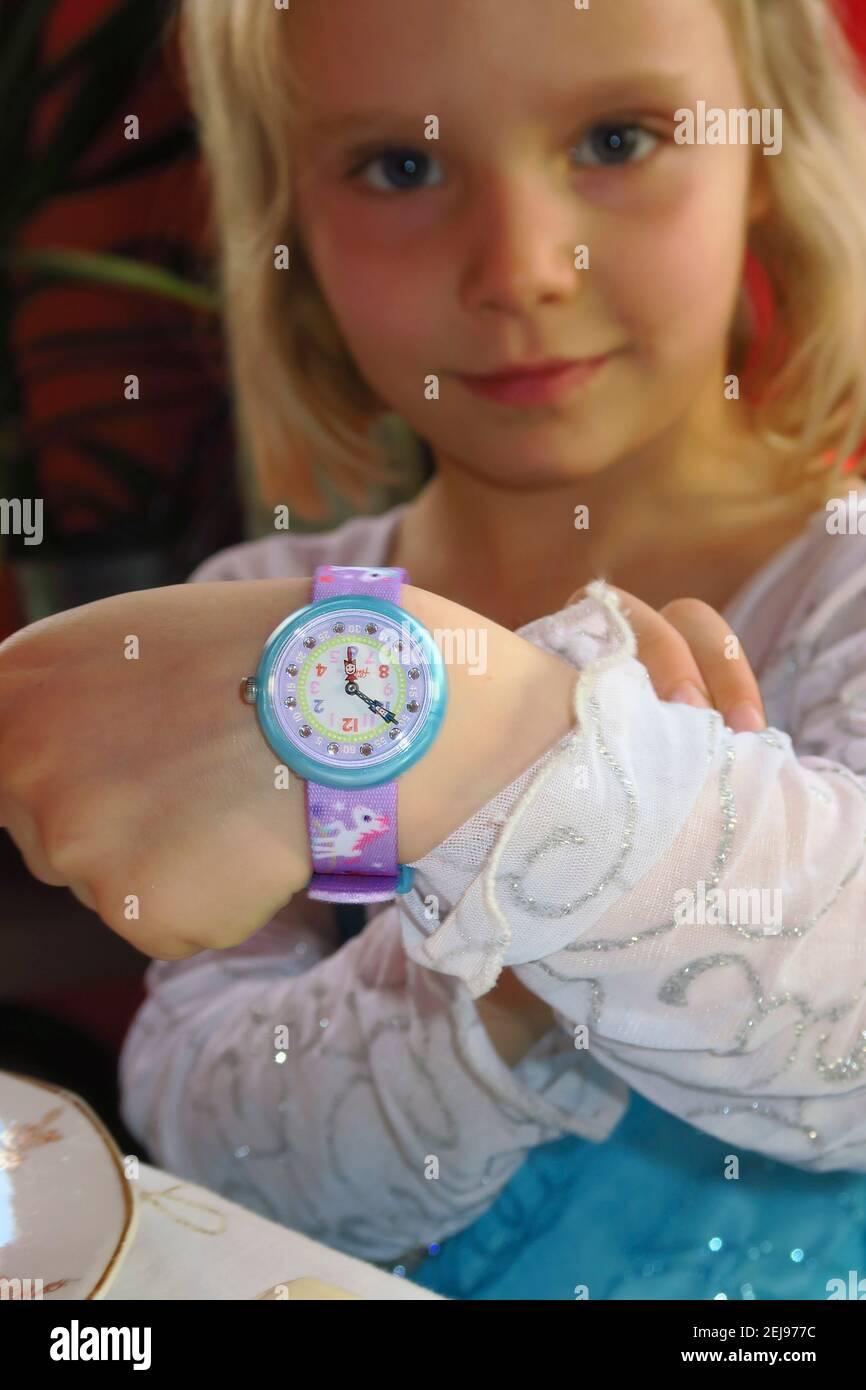 fille de 4-5 ans avec sa montre pour apprendre le heure Banque D'Images