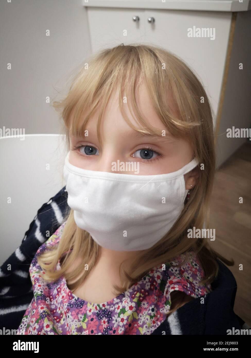 Portrait gros-plan d'une fillette Européenne de 8 ans portant un masque en tissu contre le coronavirus, France, Europe, covid19 Banque D'Images
