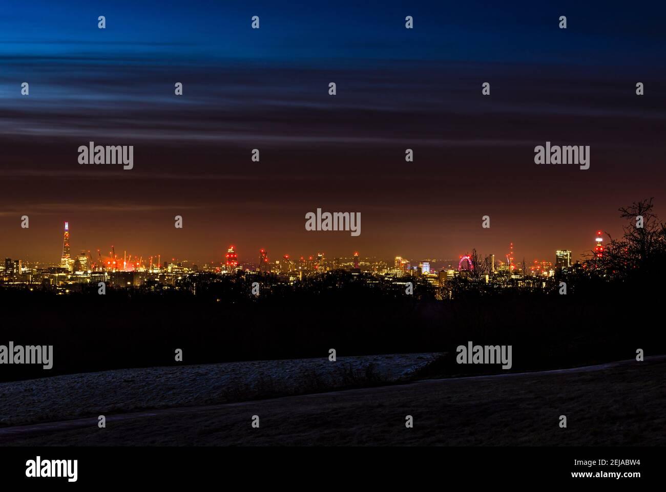 Vue panoramique de Londres de la Shard à la Tour BT, prise à l'aube de Hampstead Heath, Londres, Royaume-Uni Banque D'Images