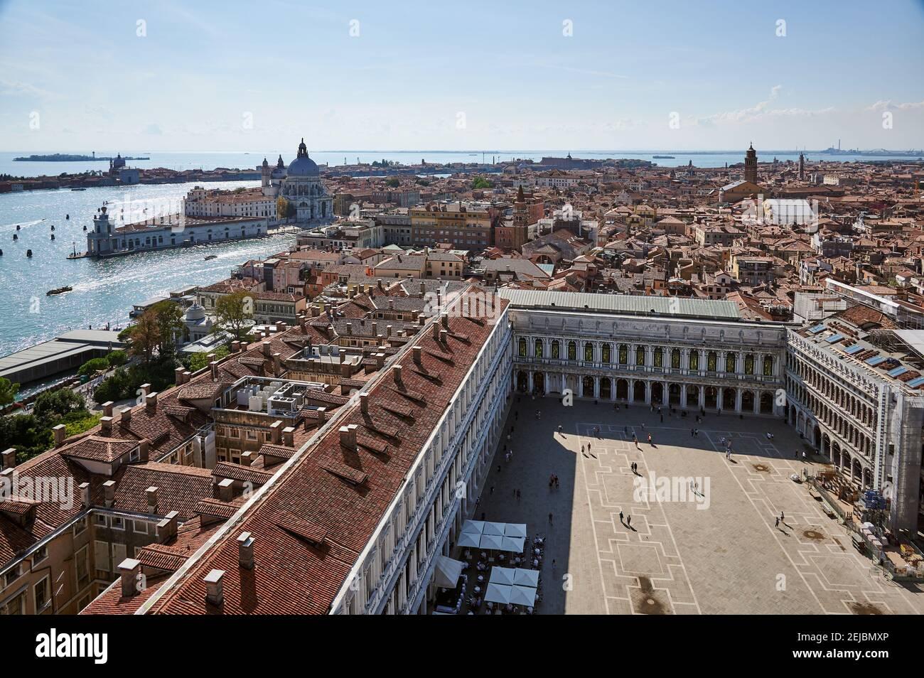 Vue aérienne de la tour San Marco sur la place Saint-Marc avec la basilique de Santa Maria della Salute et Punta della Dogana derrière, Venise, Vénétie, IT Banque D'Images
