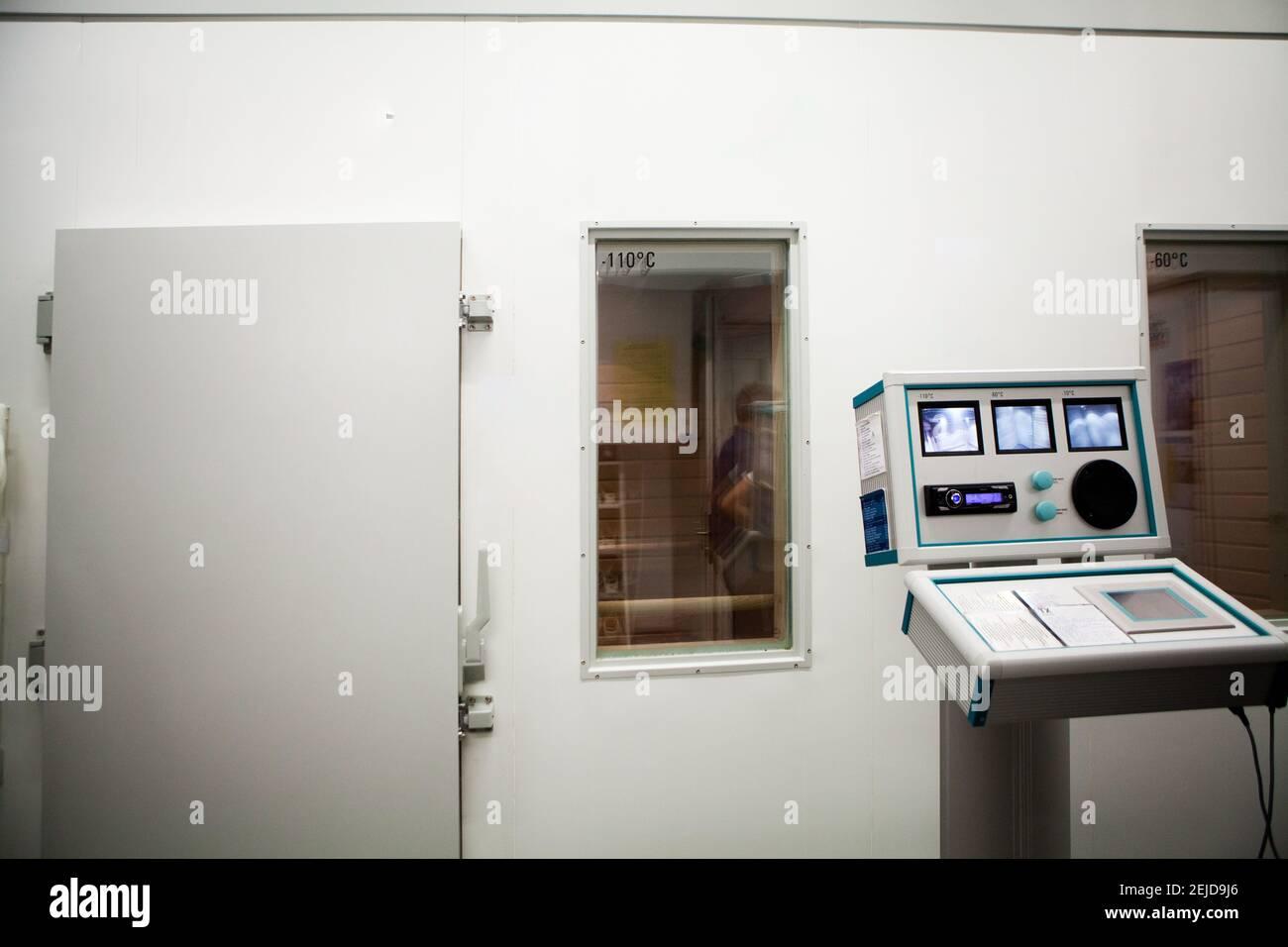 Chambre de cryothérapie corps entier à trois niveaux (-10C, -60C et -110C) pour la récupération des athlètes. Banque D'Images