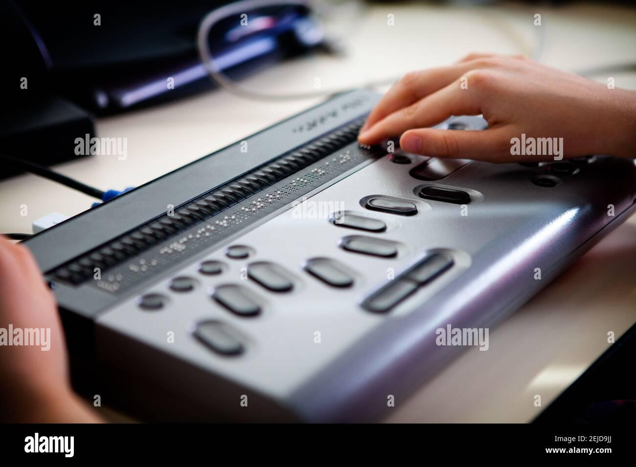 Ordinateur portable en braille permettant aux malvoyants d'accéder aux ordinateurs. Banque D'Images