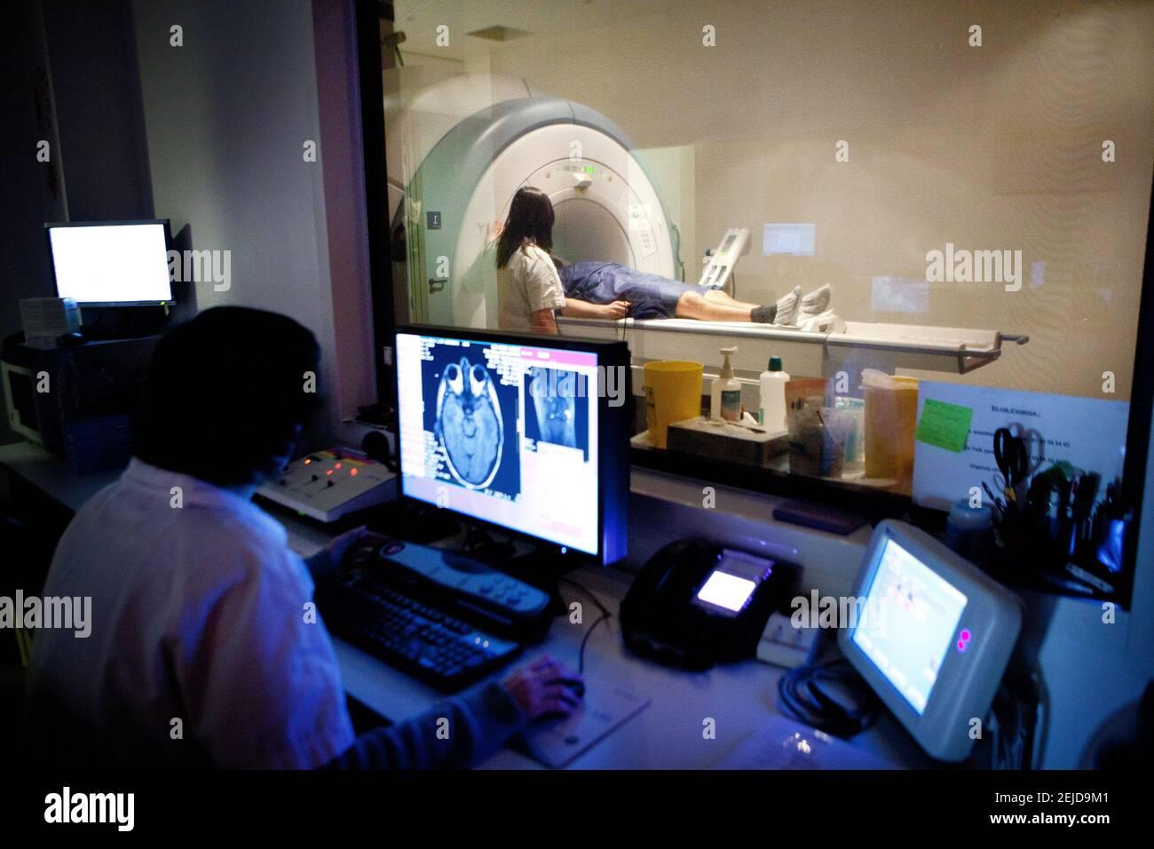 IRM ou imagerie par résonance magnétique de la tête d'un patient. Banque D'Images