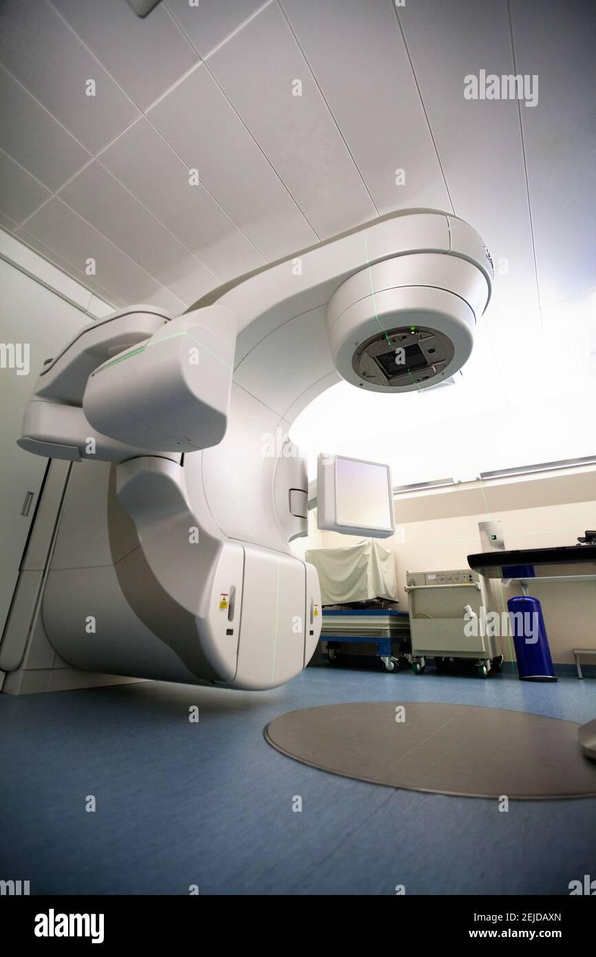 Dispositif de traitement radiothérapeutique permettant la radiothérapie stéréotaxique et la surveillance de la tumeur pendant l'irradiation. Banque D'Images