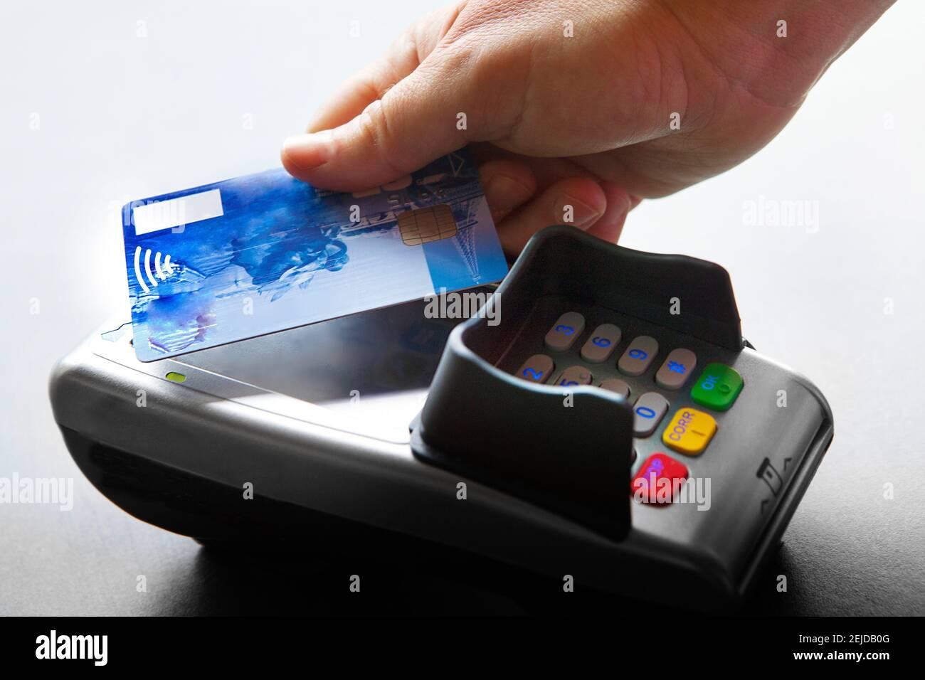 Femme payant avec une carte bancaire sans contact. Banque D'Images