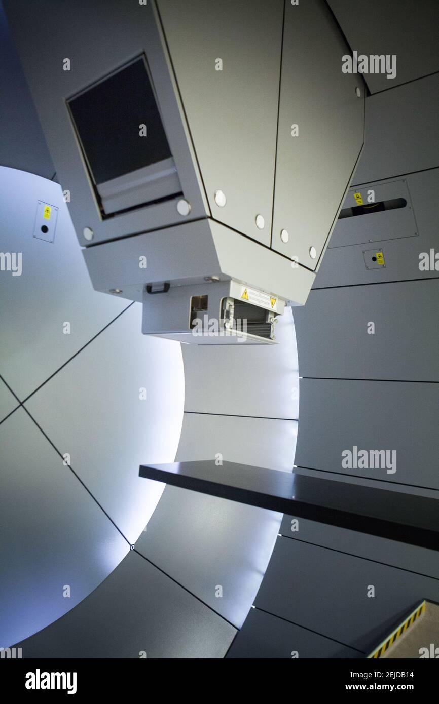 La protonthérapie irradie les cellules cancéreuses avec un faisceau de protons à l'intérieur de la tumeur. Banque D'Images