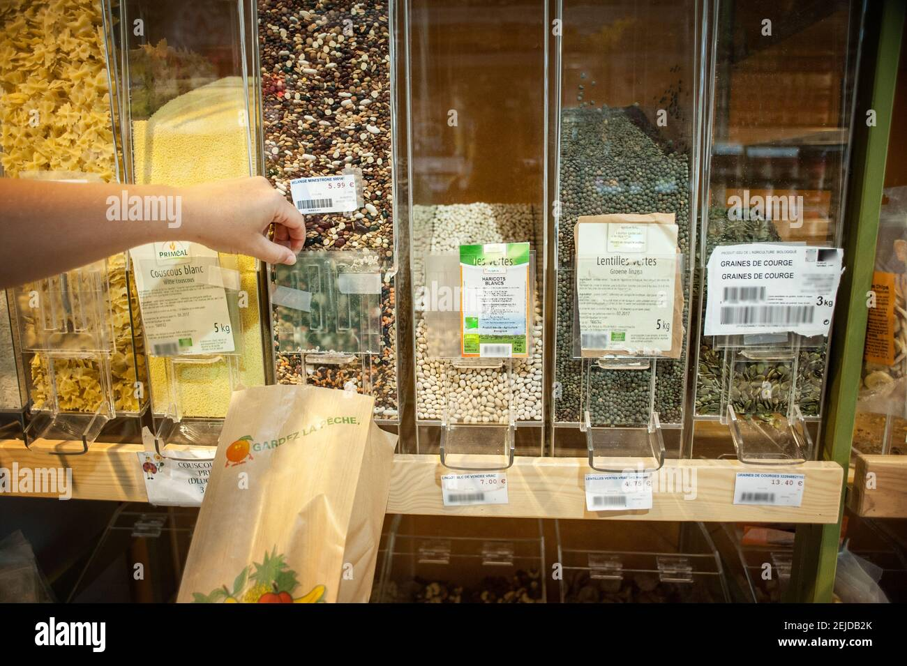 Service de semences en vrac dans un magasin biologique. Banque D'Images