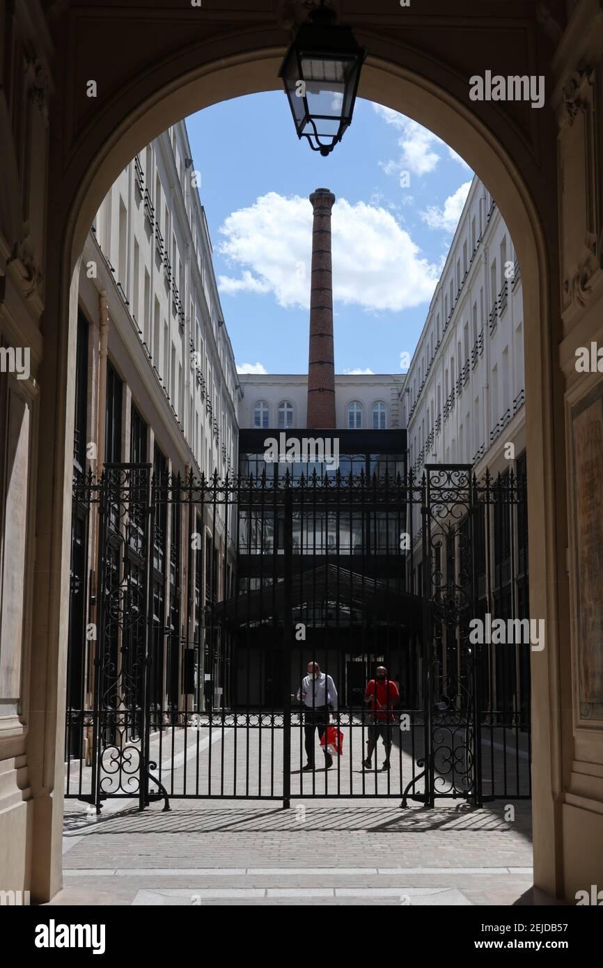 Paris a aujourd'hui transformé de nombreuses usines en lieux de résidence ou en établissements à vocation culturelle. Ici, la cheminée, la grande entrée Banque D'Images