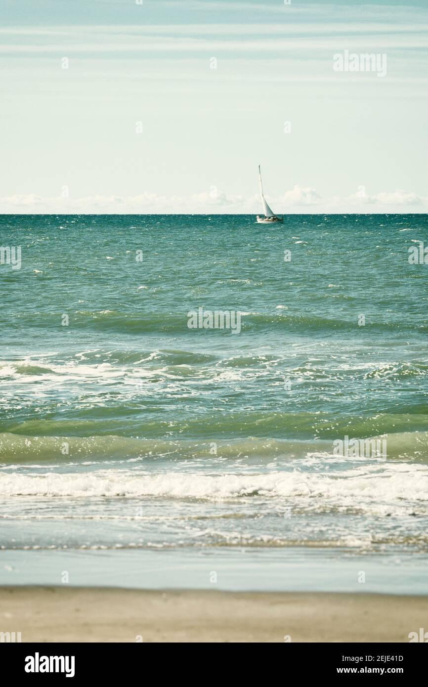 Voilier au large de la côte de la mer du Nord à Jutland du Nord, Danemark Banque D'Images