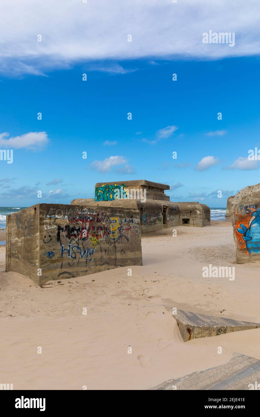 Les bunkers de la Seconde Guerre mondiale couverts de graffitis sur la plage de la mer du Nord de Løkken, au Danemark Banque D'Images