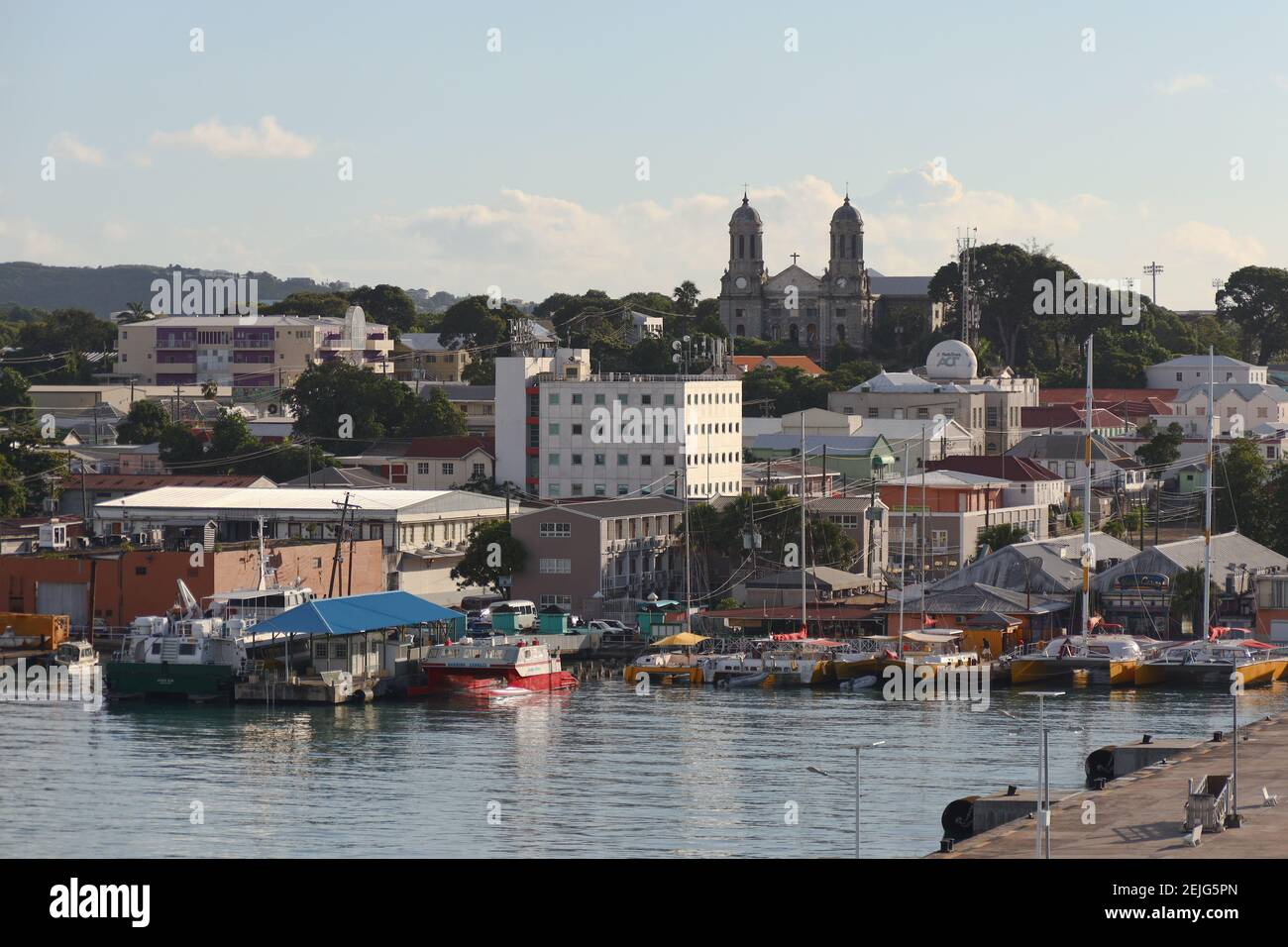 Entrée à Heritage Quay dans le port de St John's. Ville dans les Antilles Banque D'Images