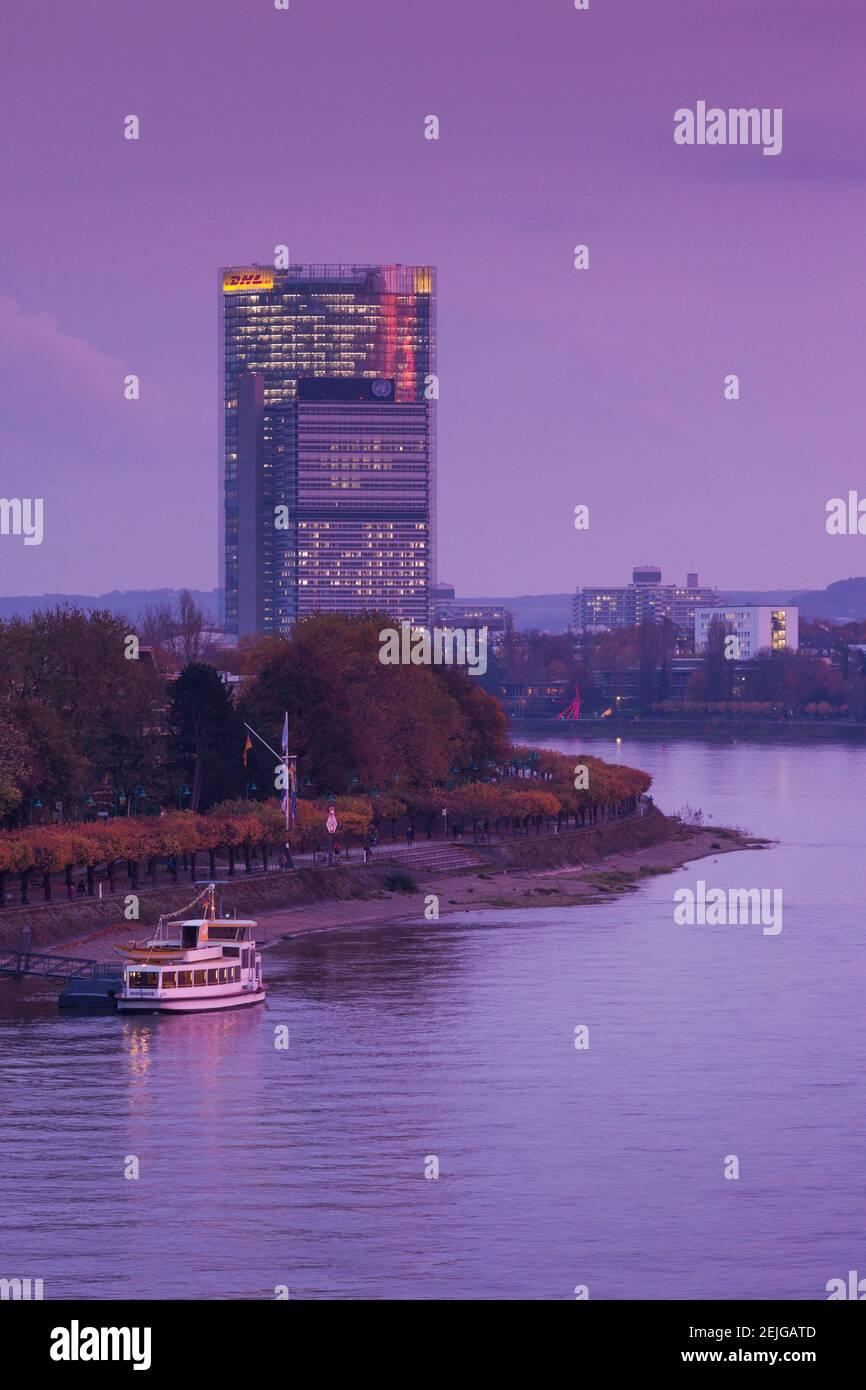 Deutsche Post Tower par le Rhin à la tombée de la nuit, Bonn, Rhénanie-du-Nord-Westphalie, Allemagne Banque D'Images