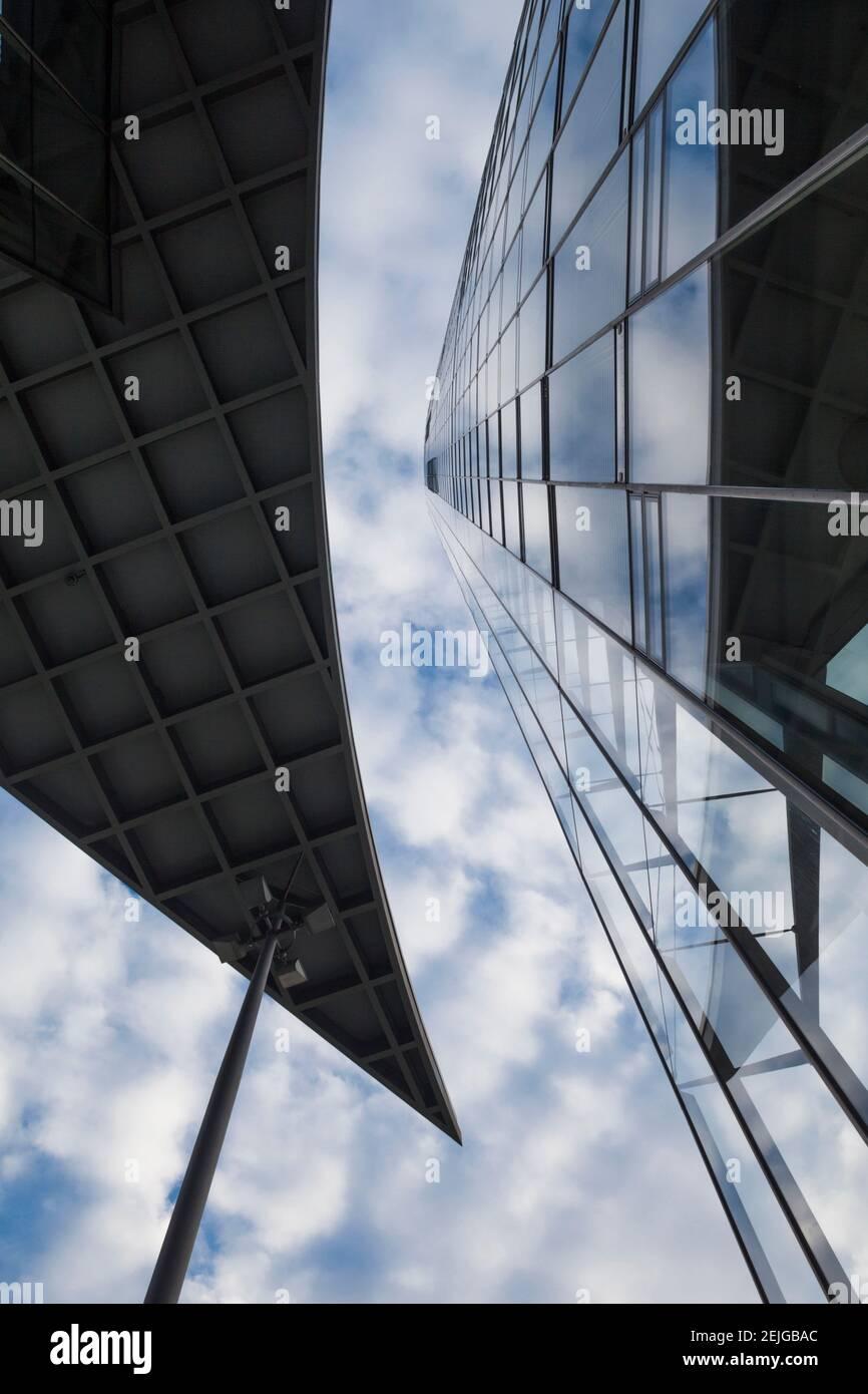Vue à angle bas de la Deutsche Post Tower, Bonn, Rhénanie-du-Nord-Westphalie, Allemagne Banque D'Images