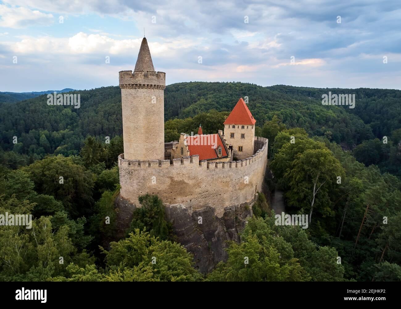 Vue aérienne d'un château médiéval, Kokorin. Palais fortifié avec une tour et un mur sur une colline couverte d'arbres.site touristique. Châteaux dans le C Banque D'Images