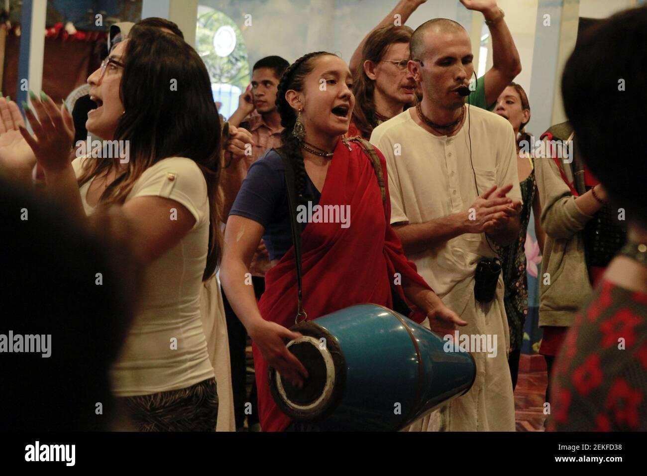 Les adeptes et les croyants de Krishna chantent et dansent lors de la célébration du festival Radhastami au Centre culturel Casa Vrinda à Caracas, au Venezuela, aujourd'hui, le 25 août 2020. Le festival marque l'anniversaire de la naissance du consort de Krishna, Radharani. (Photo par Bernardo Suarez / INA photo Agency / Sipa USA) Banque D'Images