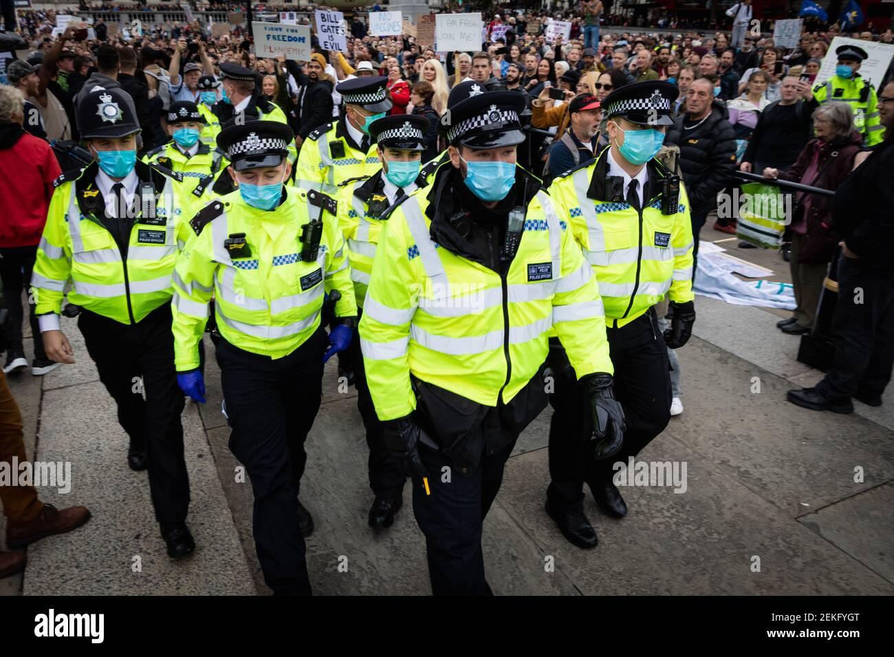 La police a vu autour des manifestants pendant la manifestation. Les manifestants de l'UNITE pour la liberté se réunissent à Trafalgar Square pour protester contre le confinement de la COVID-19 imposé le 23 mars. Les professionnels de la santé de l'industrie expriment leur inquiétude quant à la position du pays à l'égard du coronavirus. (Photo par Andy Barton / SOPA Images / Sipa USA) Banque D'Images