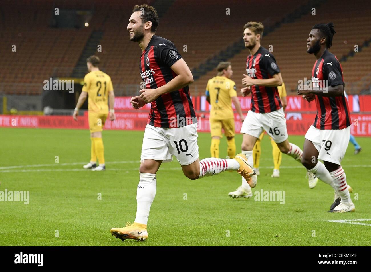 MILAN, ITALIE - 24 septembre 2020 : Hakan Calhanoglu (L) de l'AC Milan célèbre après avoir marquant un but lors du troisième match de qualification de l'UEFA Europa League entre l'AC Milan et le FK Bodo/Glimt. (Photo de Nicolò Campo/Sipa USA) Banque D'Images