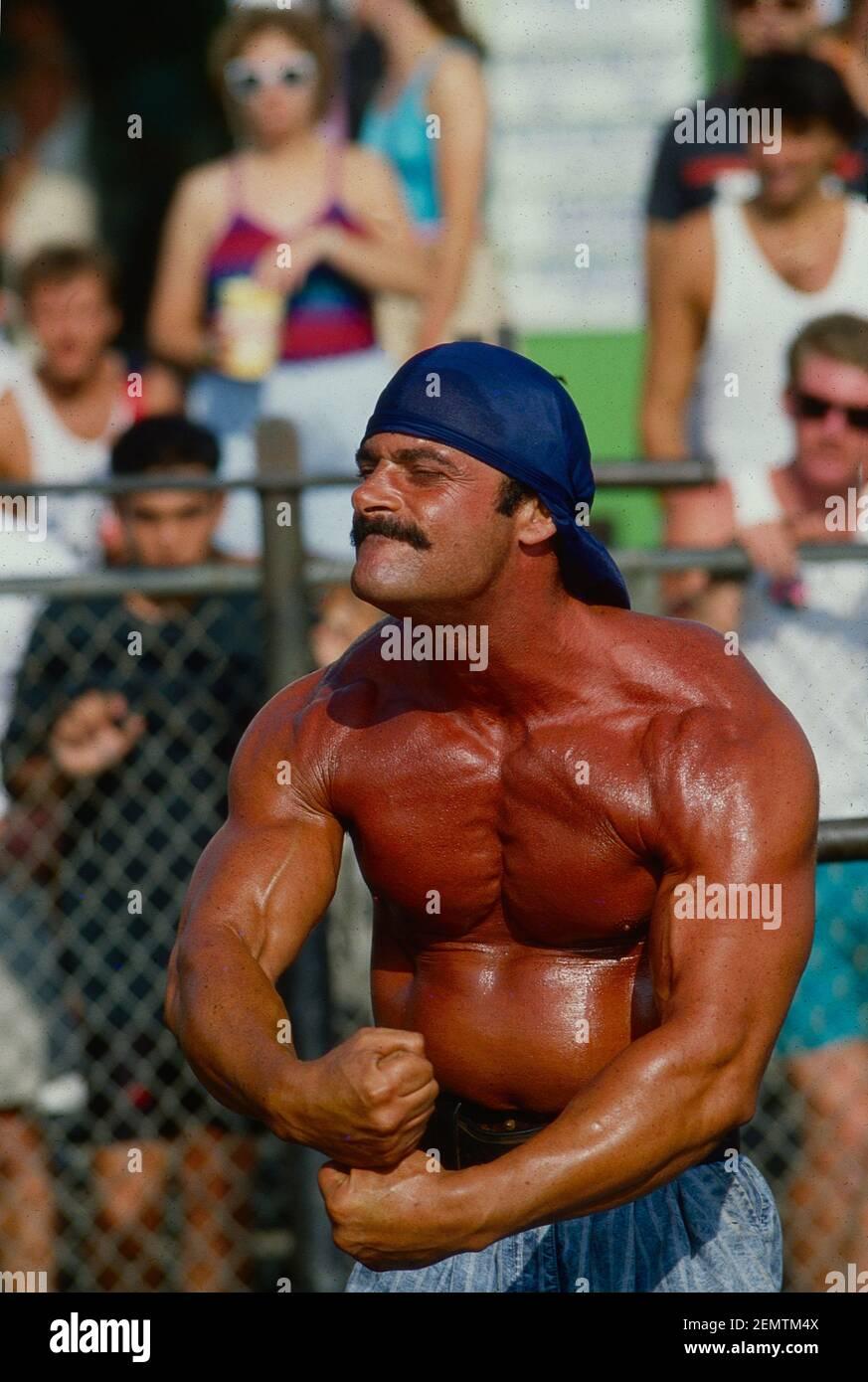 L'haltérophilie montre ses muscles à la plage de Venice en californie années 1980 Banque D'Images