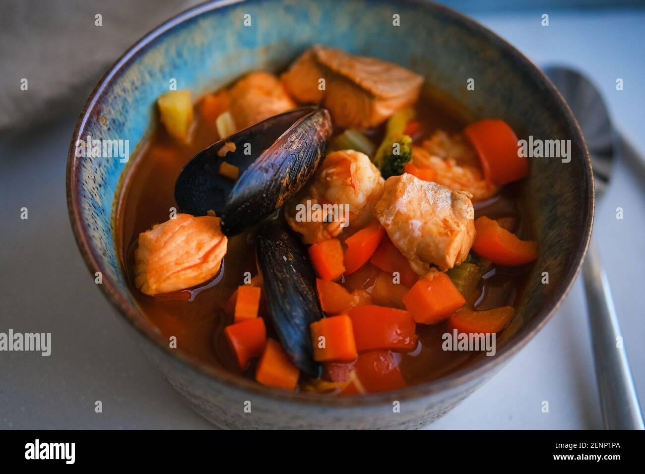 Bol de soupe de fruits de mer frais avec moules Banque D'Images