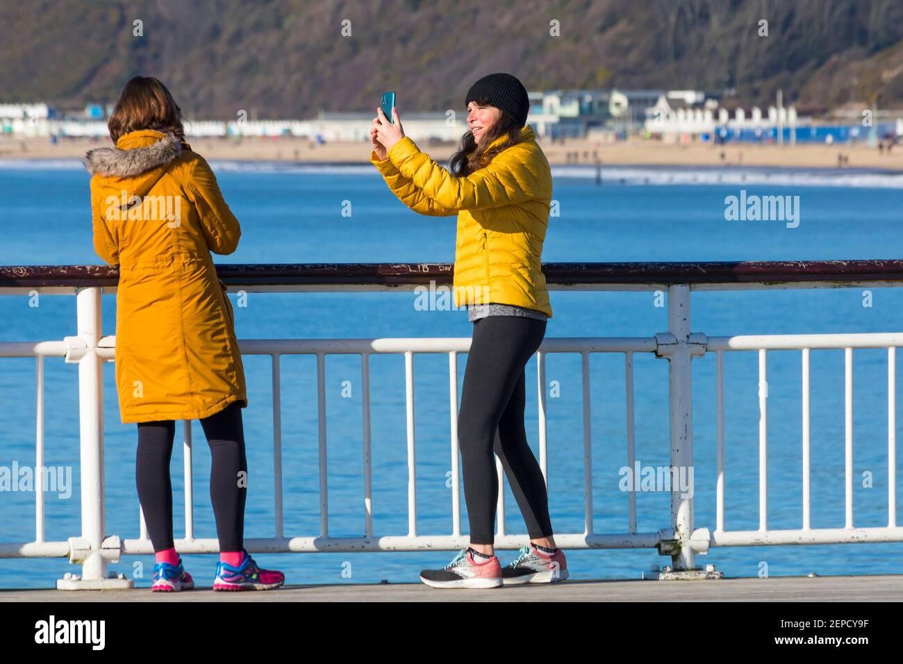 Bournemouth, Dorset, Royaume-Uni. 27 février 2021. Météo au Royaume-Uni : belle journée chaude et ensoleillée avec un ciel bleu et un soleil ininterrompus sur les plages de Bournemouth pendant que les gens se dirigent vers le bord de mer pour leur exercice quotidien pendant le Lockdown 3. Crédit : Carolyn Jenkins/Alay Live News Banque D'Images