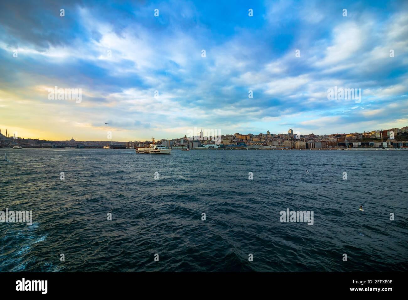 Paysage urbain d'Istanbul et un ferry Banque D'Images