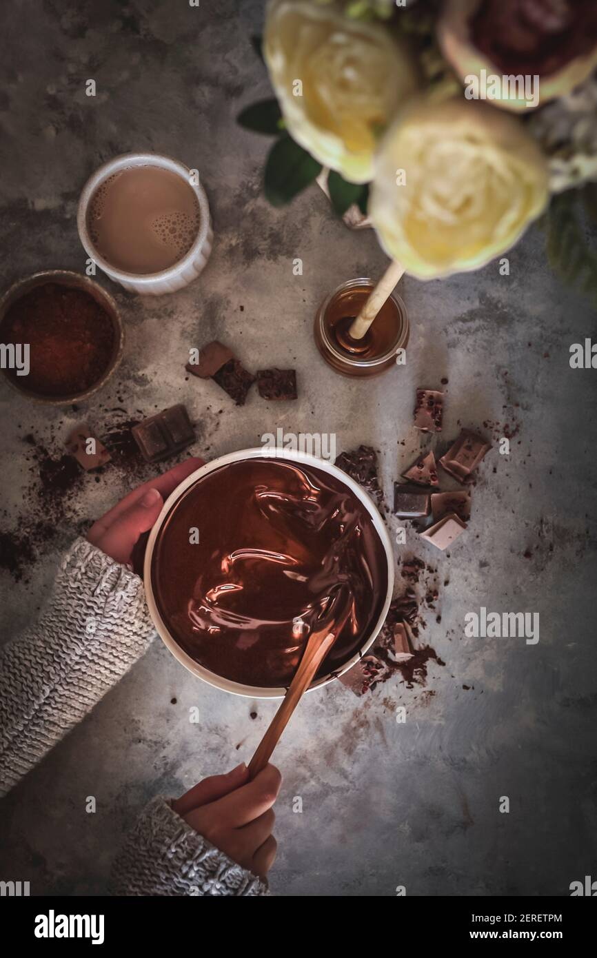 Remuant le chocolat fondu. Banque D'Images