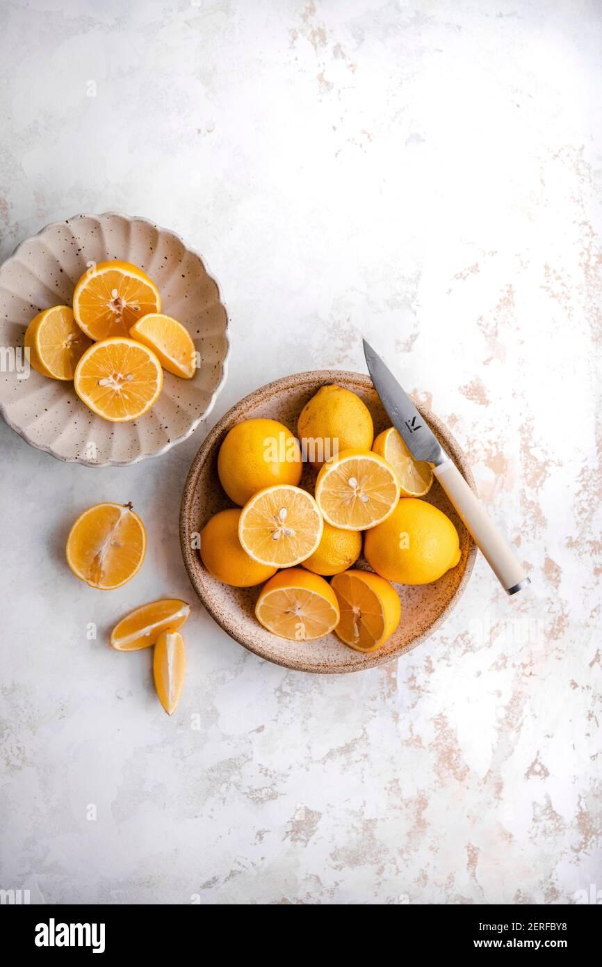 Émincé de citron meyer sur une assiette Banque D'Images