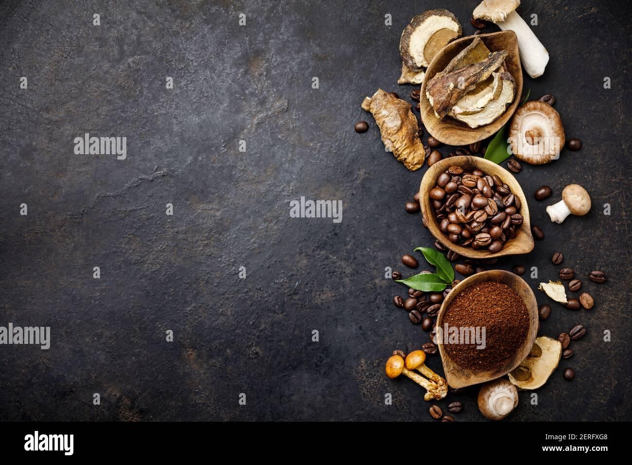Café à la Chaga aux champignons Superfood champignons frais et secs et grains de café sur fond sombre. Espace de copie, vue de dessus. Concept de tendance alimentaire moderne Banque D'Images