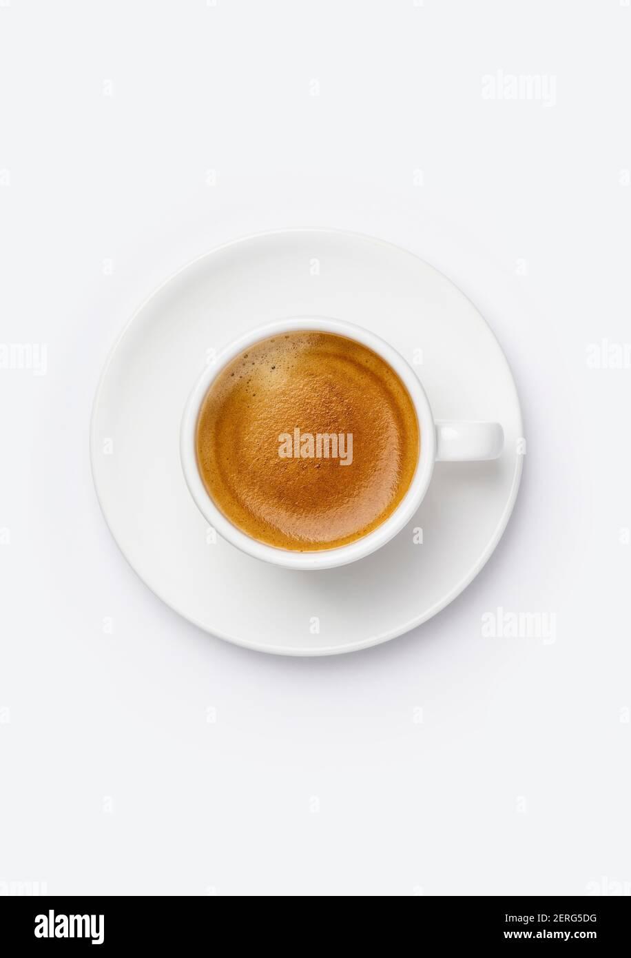 Tasse de café sur fond blanc, plat Banque D'Images