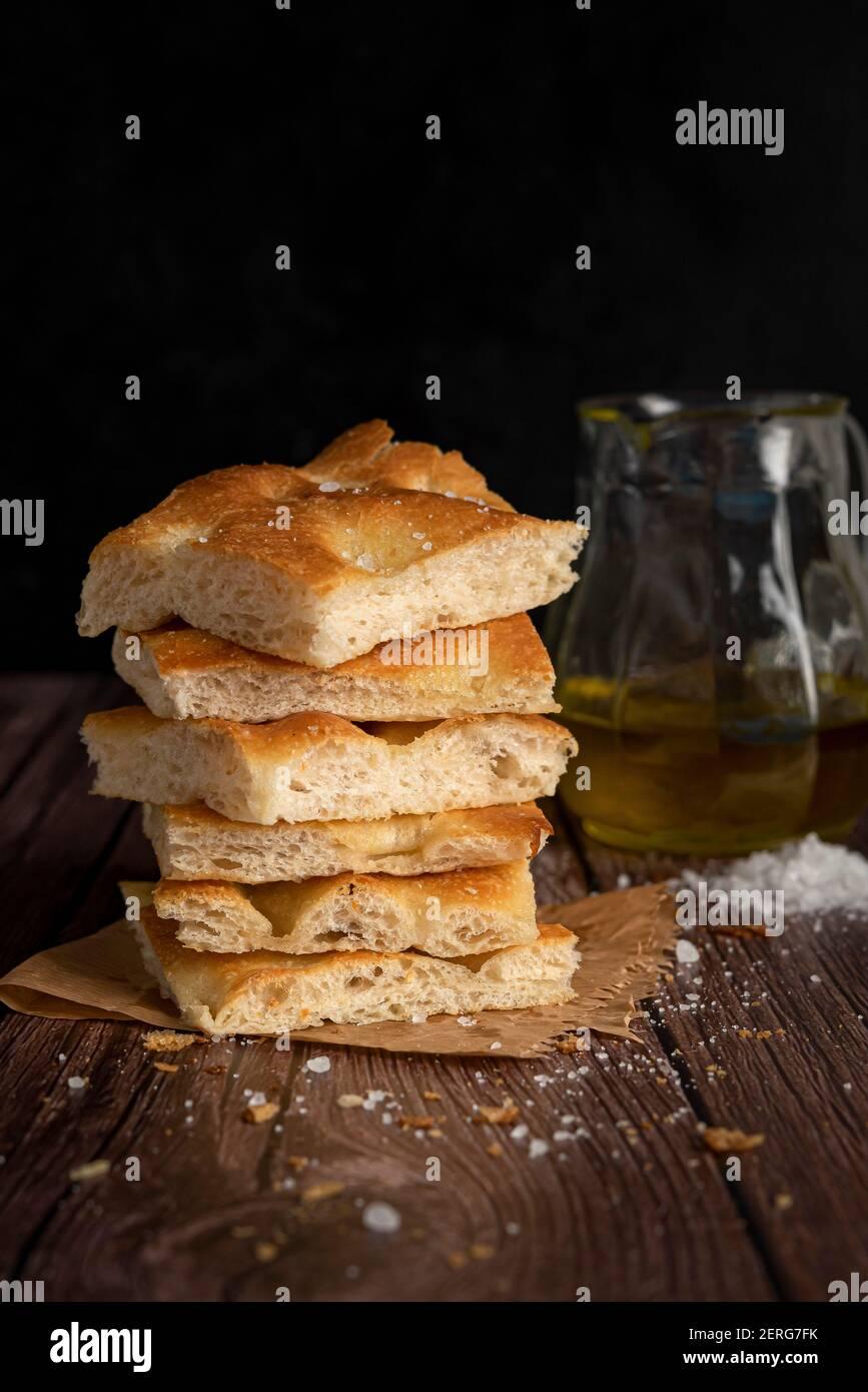 Tranches de pain de focaccia avec du sel et de l'huile d'olive Banque D'Images