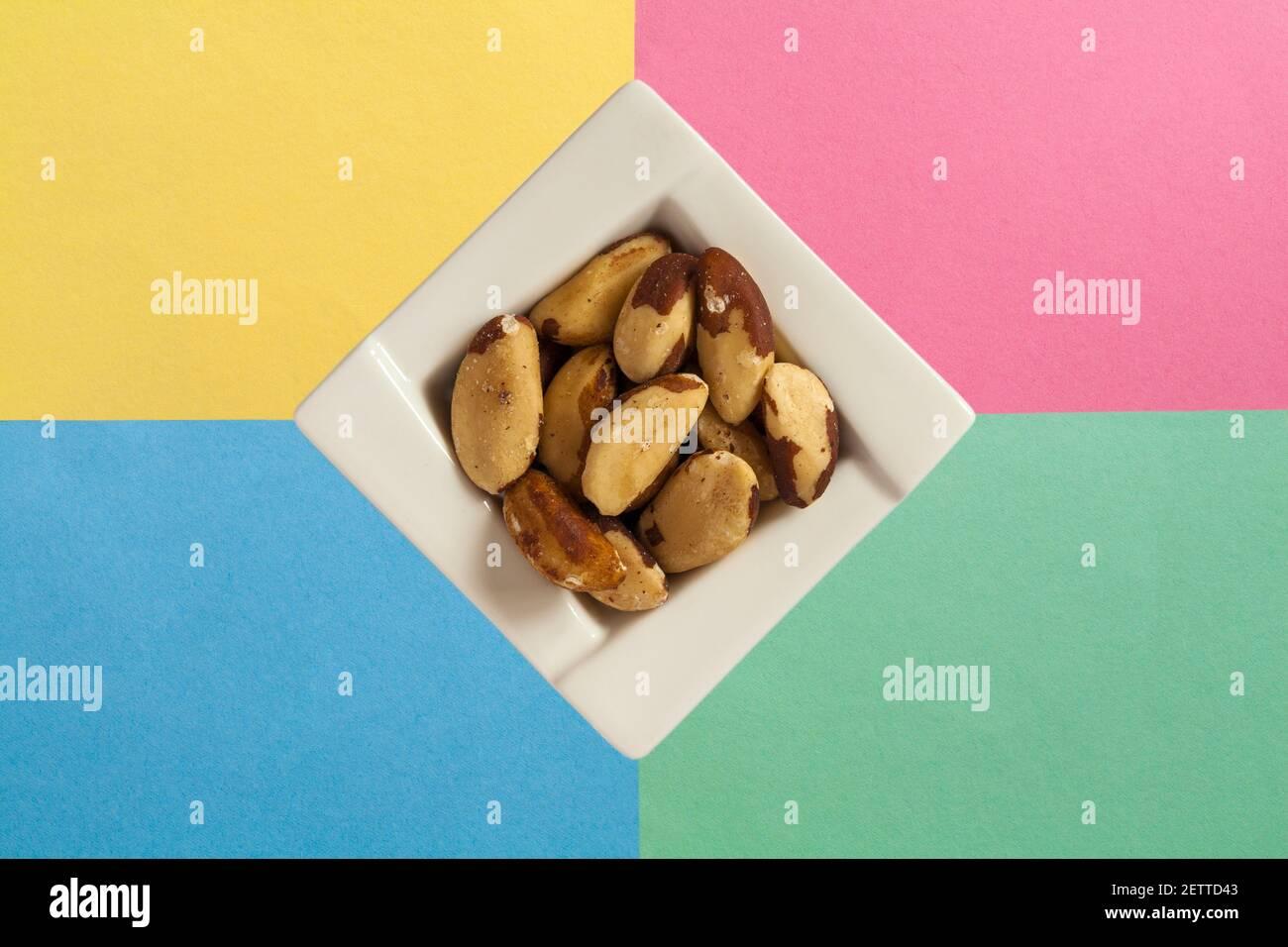 Bol de noix de brésil naturelles isolées sur fond pastel - bol à noix du brésil Banque D'Images
