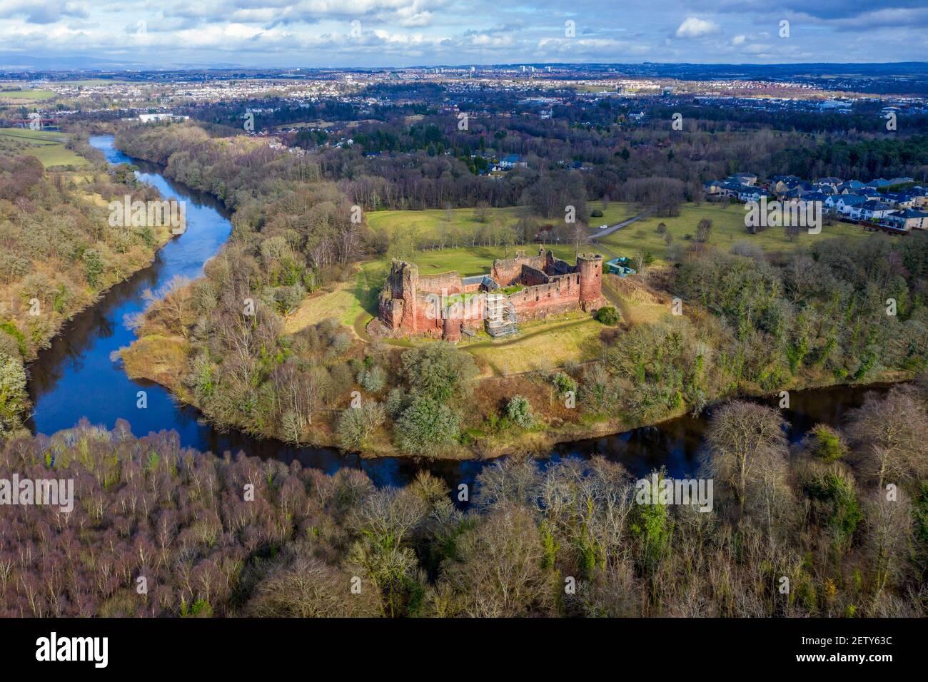Vue aérienne du château de Bothwell sur les rives de la rivière Clyde, South Lanarkshire, Écosse. Banque D'Images