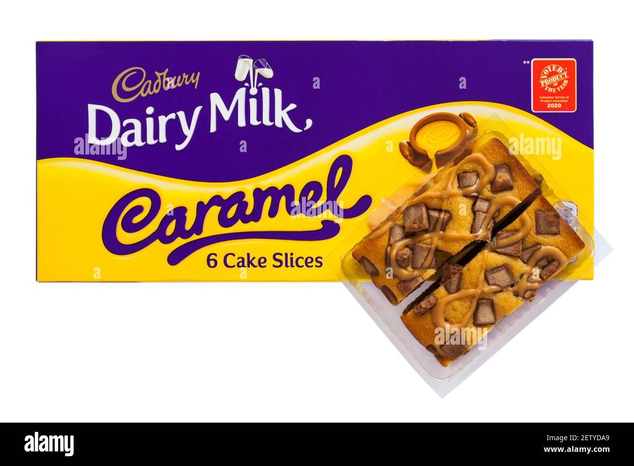 Paquet de tranches de gâteau au caramel de lait Cadbury Dairy ouvert à afficher le contenu isolé sur fond blanc Banque D'Images