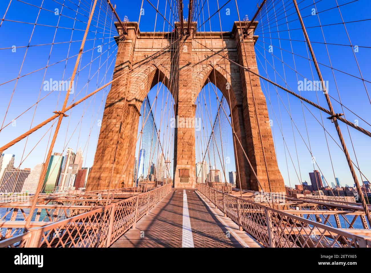 New York, États-Unis d'Amérique. Lever du soleil sur le pont de Brooklyn à New York, Manhattan, États-Unis. Banque D'Images