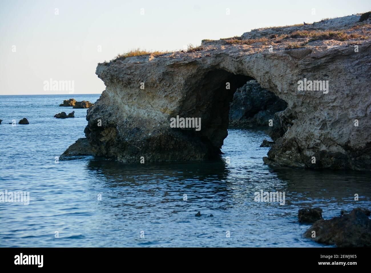 Sicile - bout des fourmis : vue sur quelques grottes et promontoires sculptés par la mer et le vent. Banque D'Images