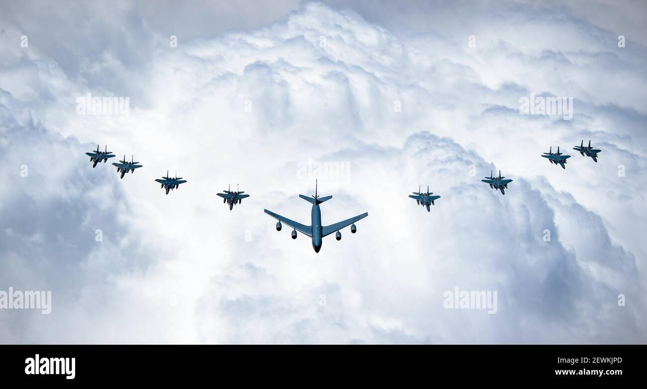Un KC-135 de la Force aérienne des États-Unis, des aigles F-15C, des aigles F-15E Strike et des F-15SA de la Royal Saudi Air Force survolent l'Arabie saoudite pendant leur participation Banque D'Images