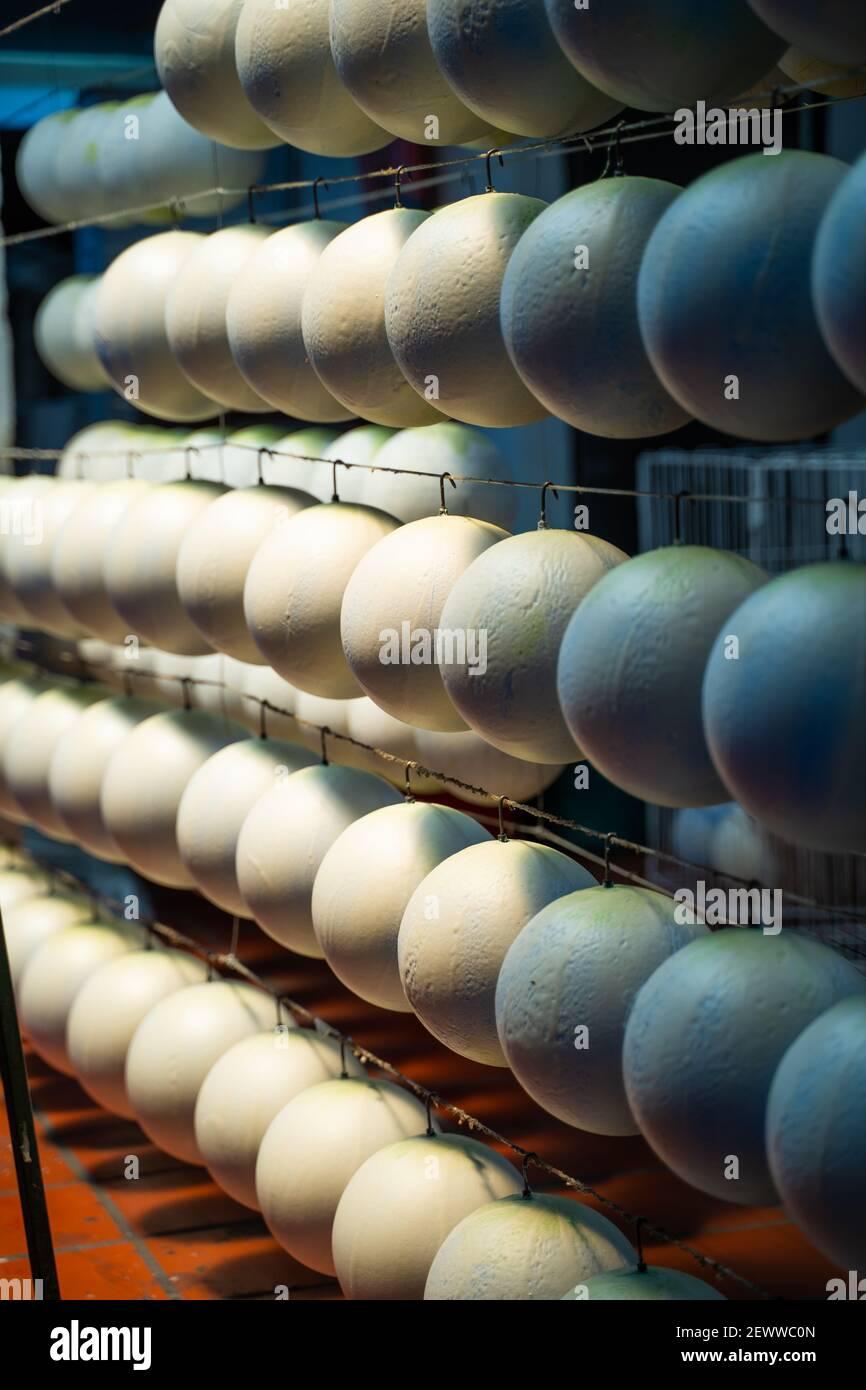 Un stock de ballons de football dans une usine, Monguí, Colombie Banque D'Images