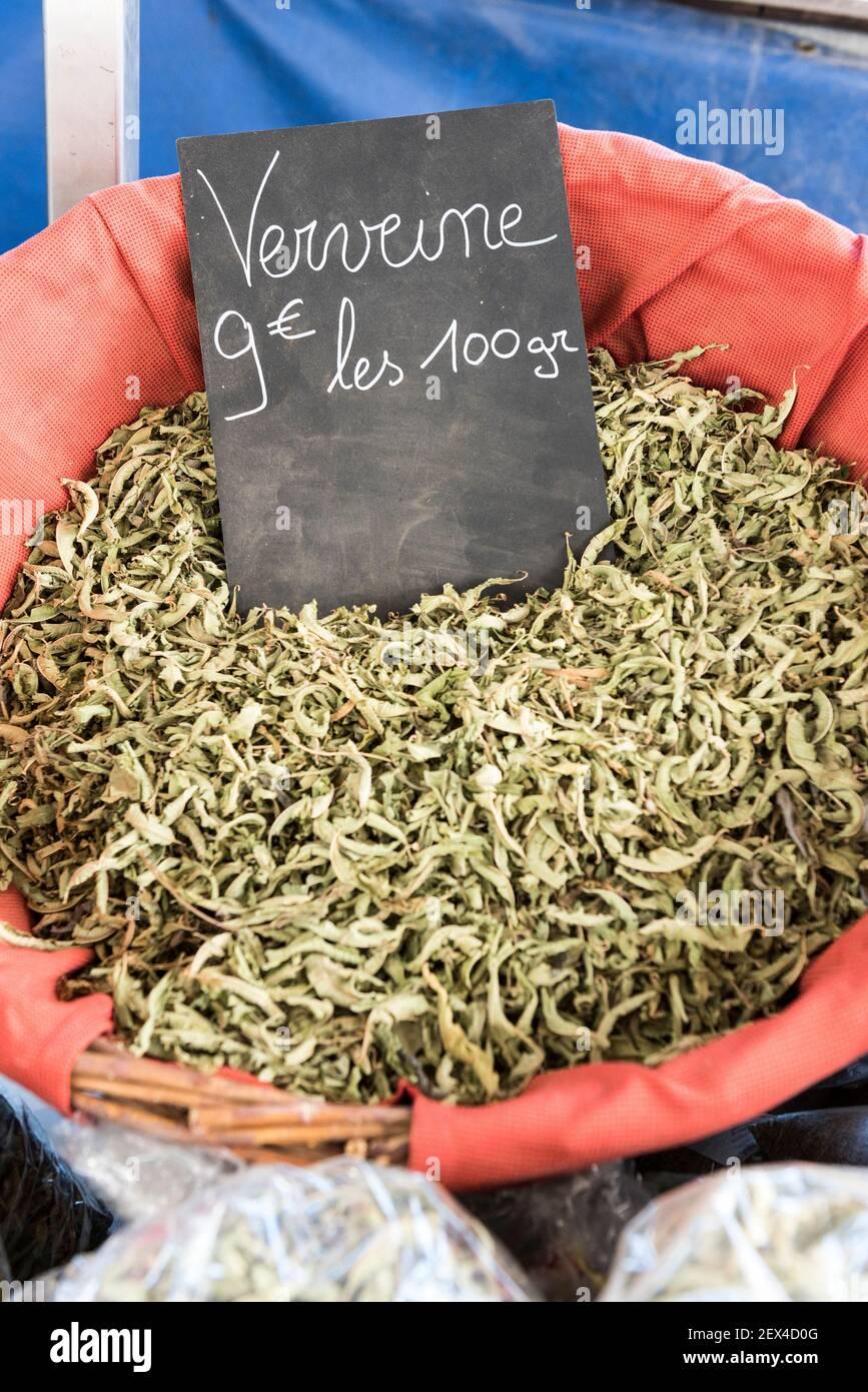 Le verveine a séché sur un marché en été, Provence, France Banque D'Images